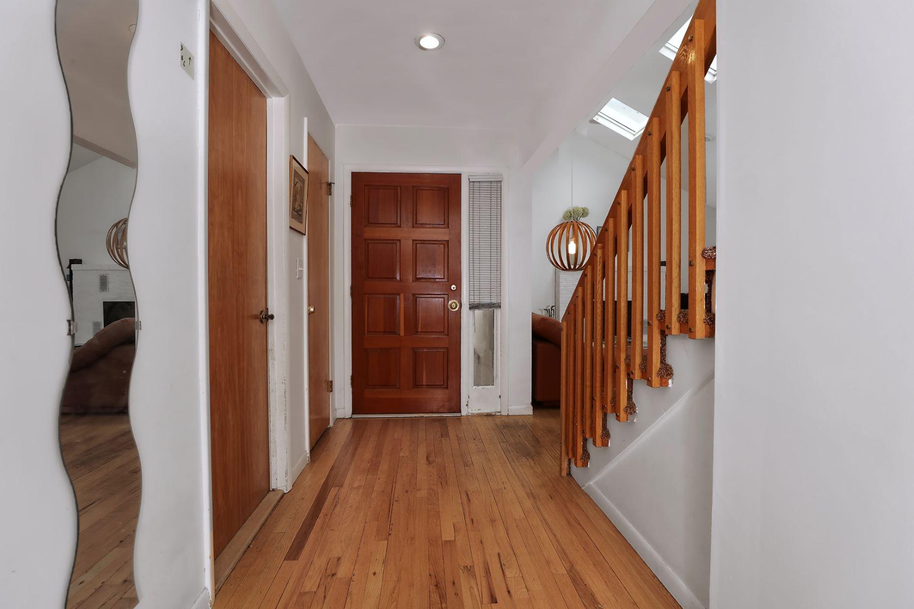Additional photo for property listing at Flowering Trees Surround Modern Lawrenceville Home 43 Laurel Wood Drive, Lawrenceville, 新澤西州 08648 美國