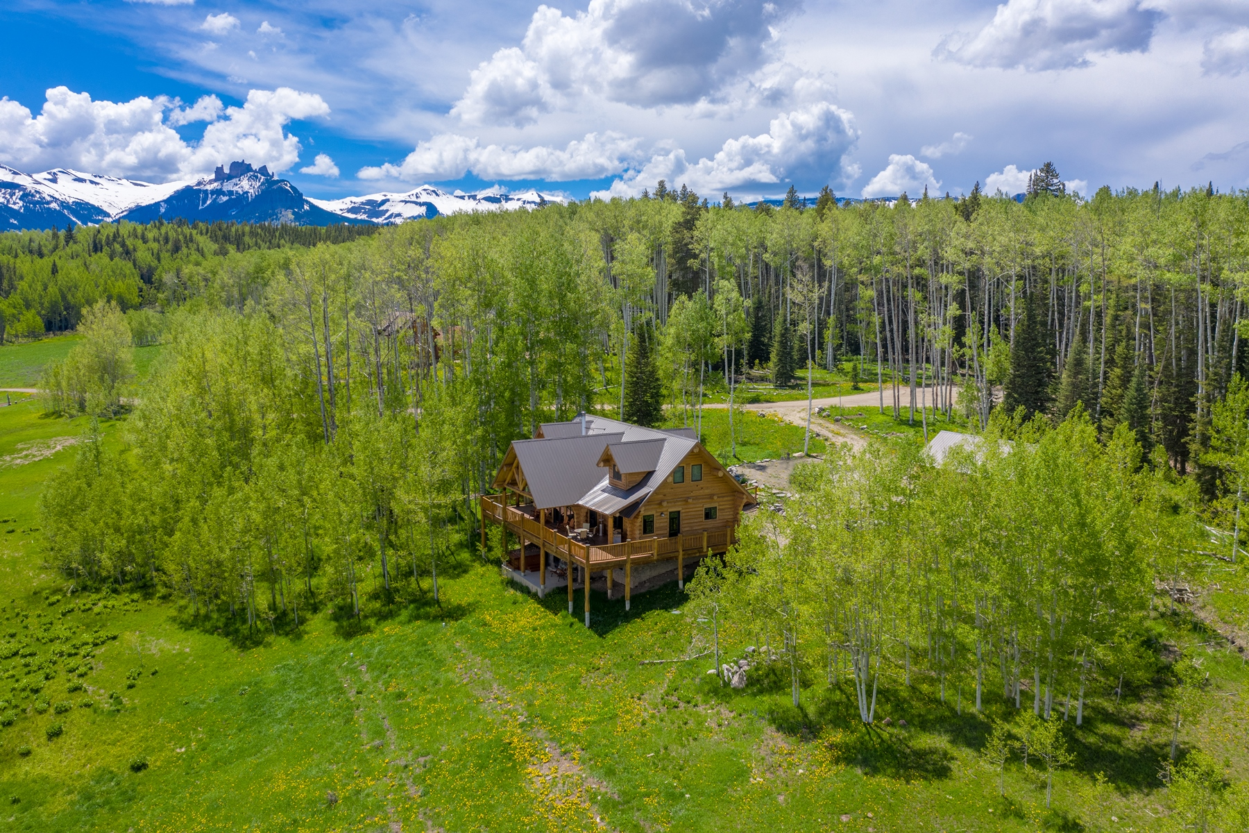 Single Family Homes for Active at Immaculate Log Home 1815 Sioux Road Gunnison, Colorado 81230 United States