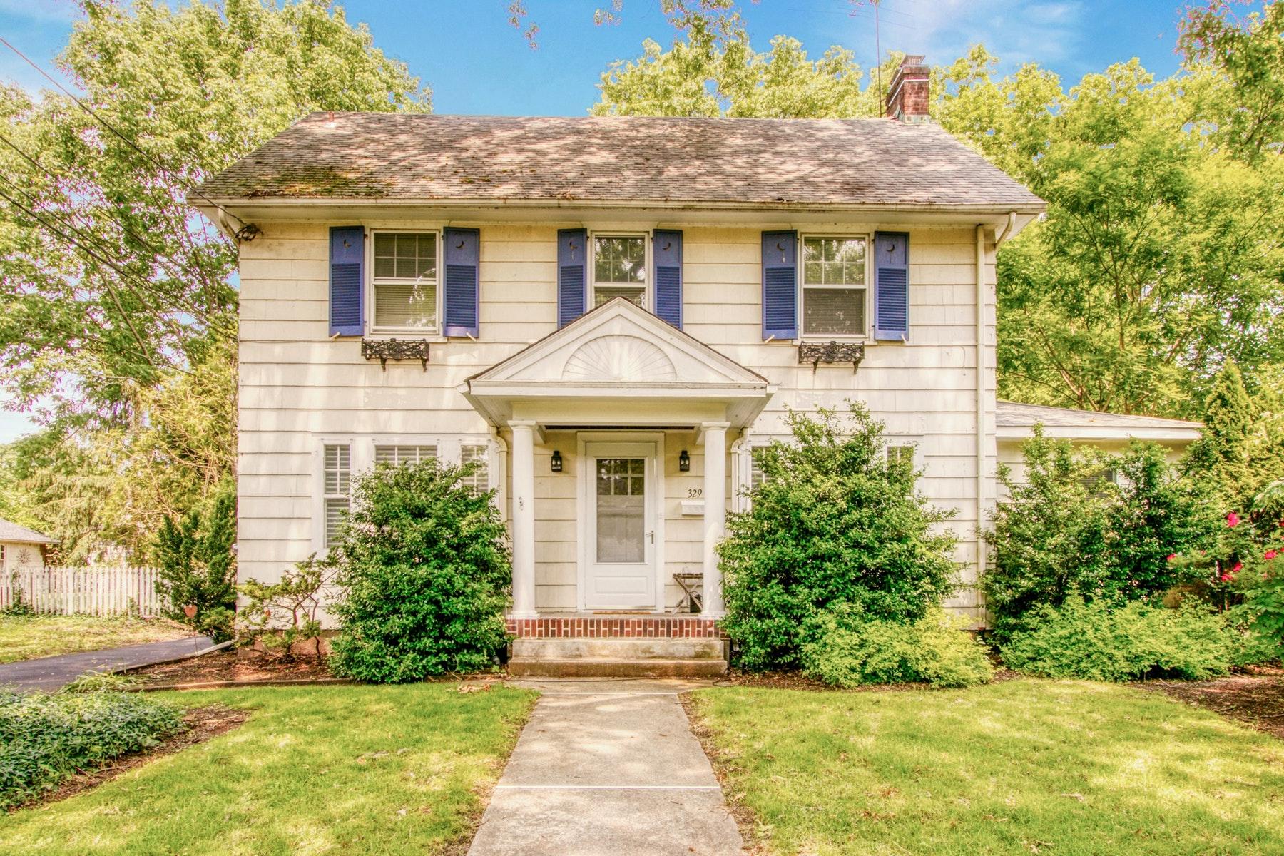 Single Family Homes por un Venta en Classic Center Hall Colonial 329 Linwood Avenue Ridgewood, Nueva Jersey 07450 Estados Unidos