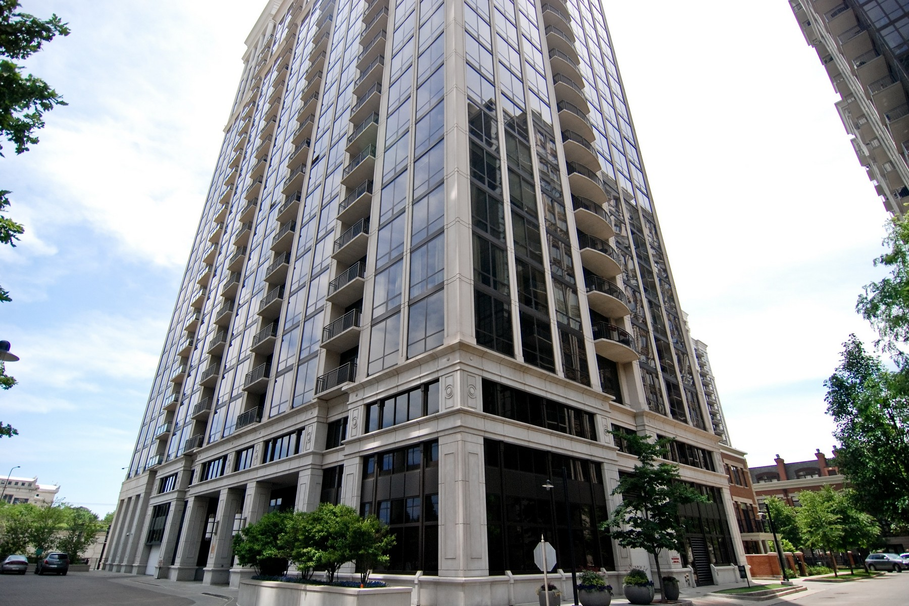 Condomínio para Venda às North Facing Condo with Stunning Views 233 E 13th Street Unit 702 Chicago, Illinois, 60605 Estados Unidos