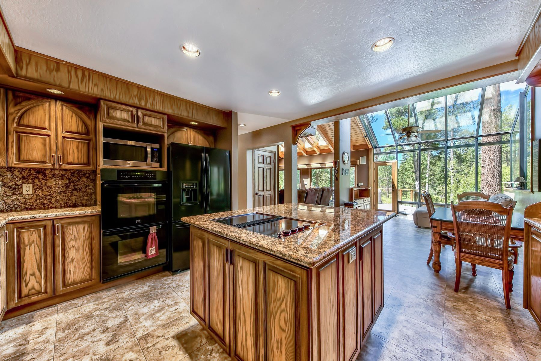 Additional photo for property listing at 952 Silverwood Circle, South Lake Tahoe, CA 96150 952 Silverwood Circle South Lake Tahoe, California 96150 Estados Unidos