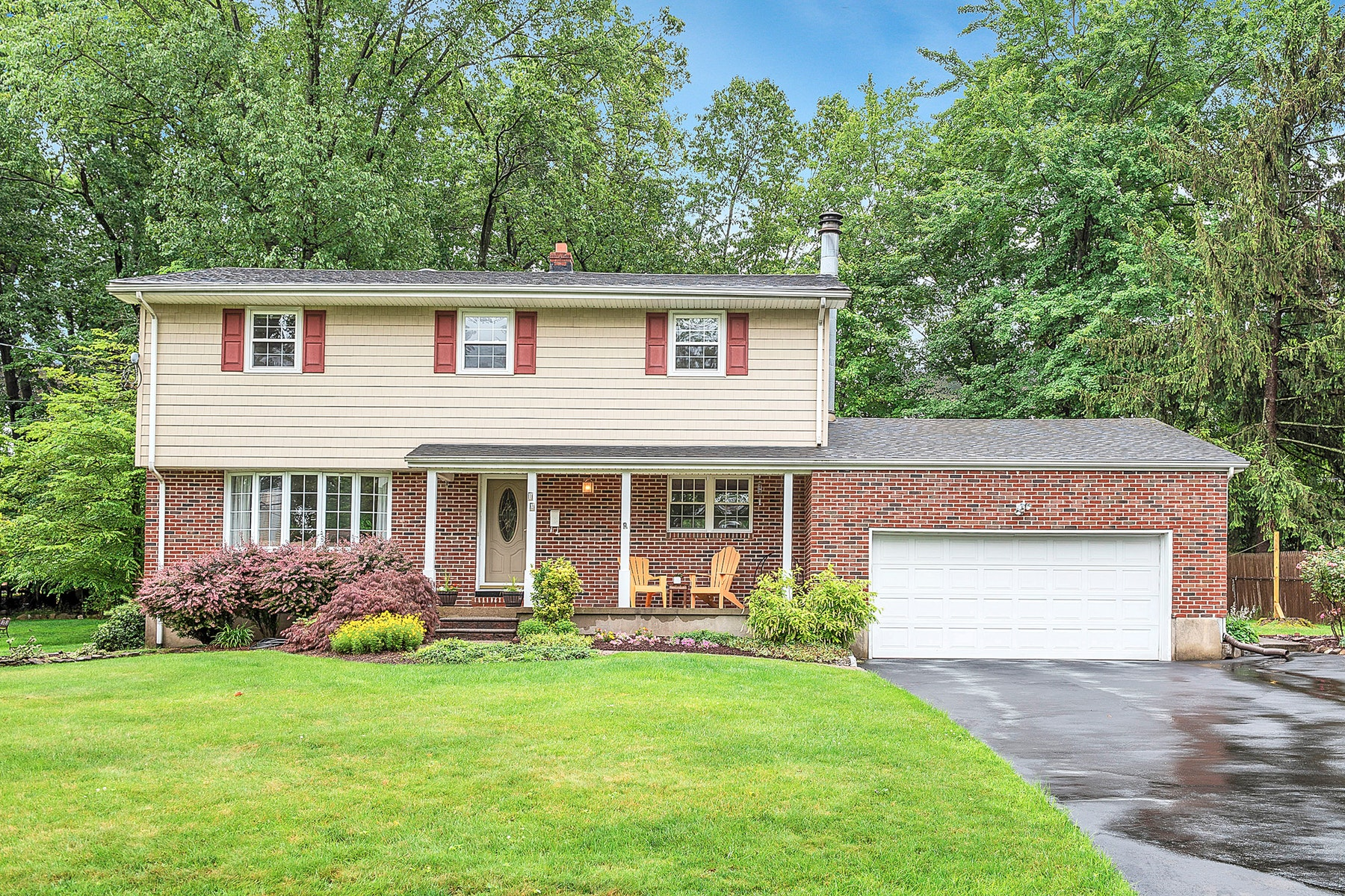 Single Family Homes pour l Vente à Meticulously Maintained Colonial 12 Westview Road, West Caldwell, New Jersey 07006 États-Unis
