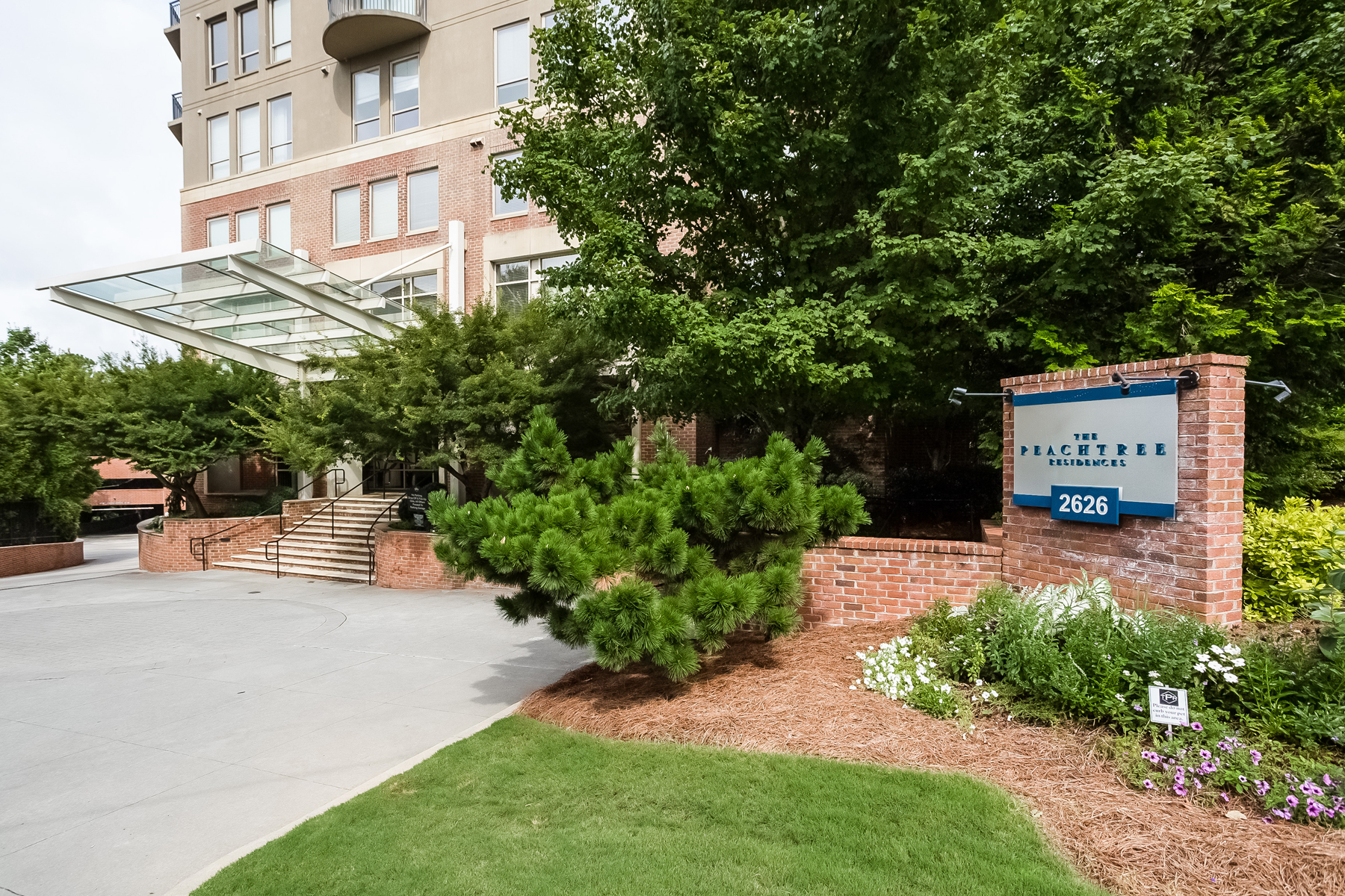 コンドミニアム のために 売買 アット Exceptional Three-Bedroom Unit Offered In Luxurious Buckhead High-Rise 2626 Peachtree Road NW Unit 607 Atlanta, ジョージア, 30305 アメリカ合衆国