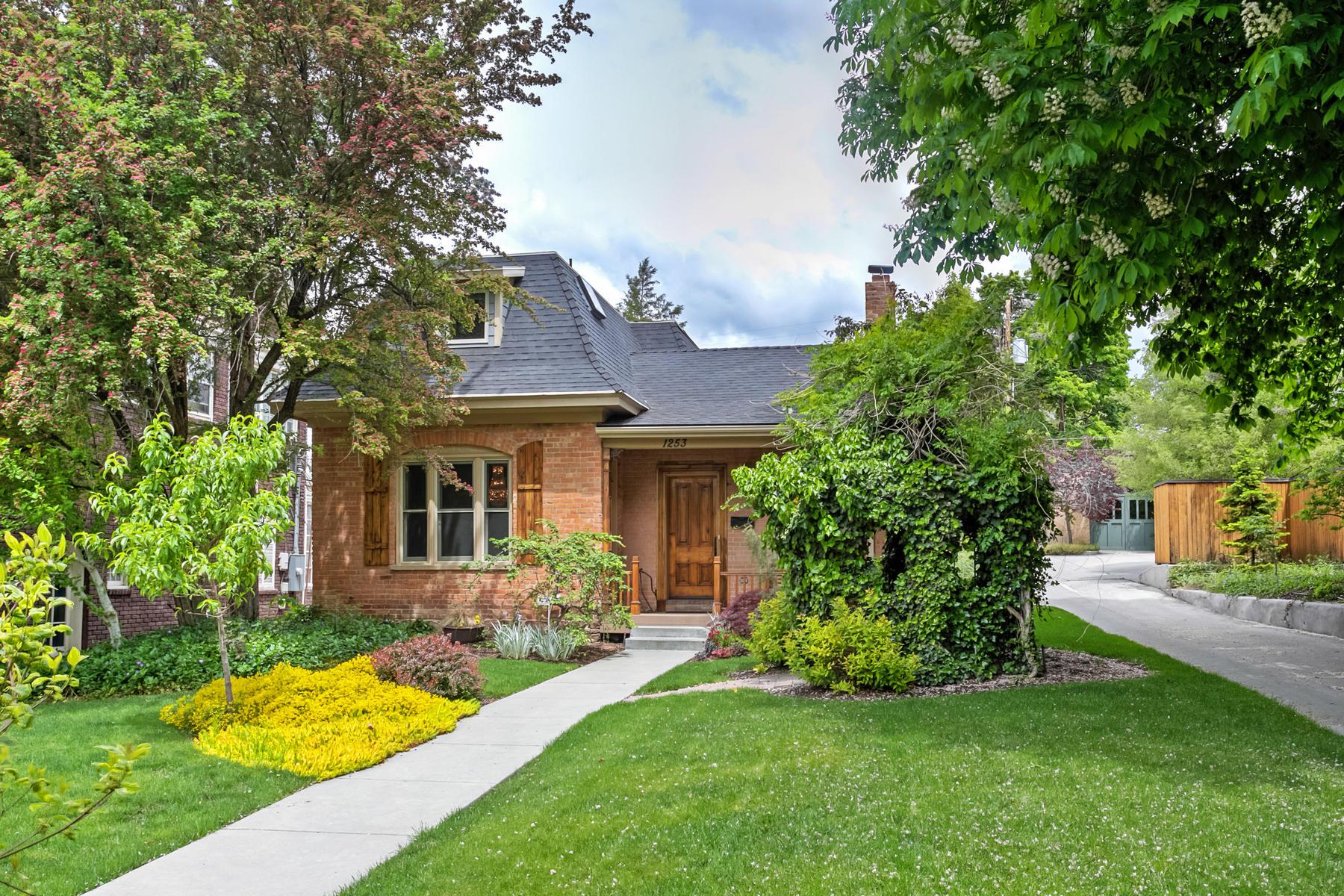 Villa per Vendita alle ore Remodeled Victorian Home in the University Neighborhood. 1253 East 100 South Salt Lake City, Utah, 84102 Stati Uniti