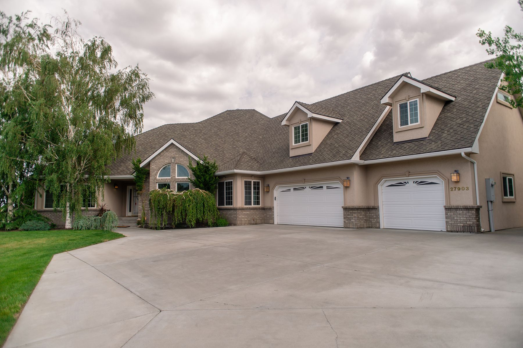 Single Family Home for Sale at Country Estate on 4.55 acres 27903 S 816 PRSE Kennewick, Washington 99338 United States