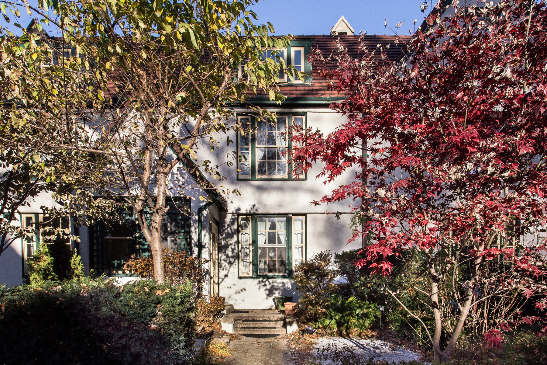 "Casa Unifamiliar por un Venta en ""RARELY AVAILABLE GARDENS GEM"" 310 Burns Street, Forest Hills Gardens, Forest Hills, Nueva York 11375 Estados Unidos"