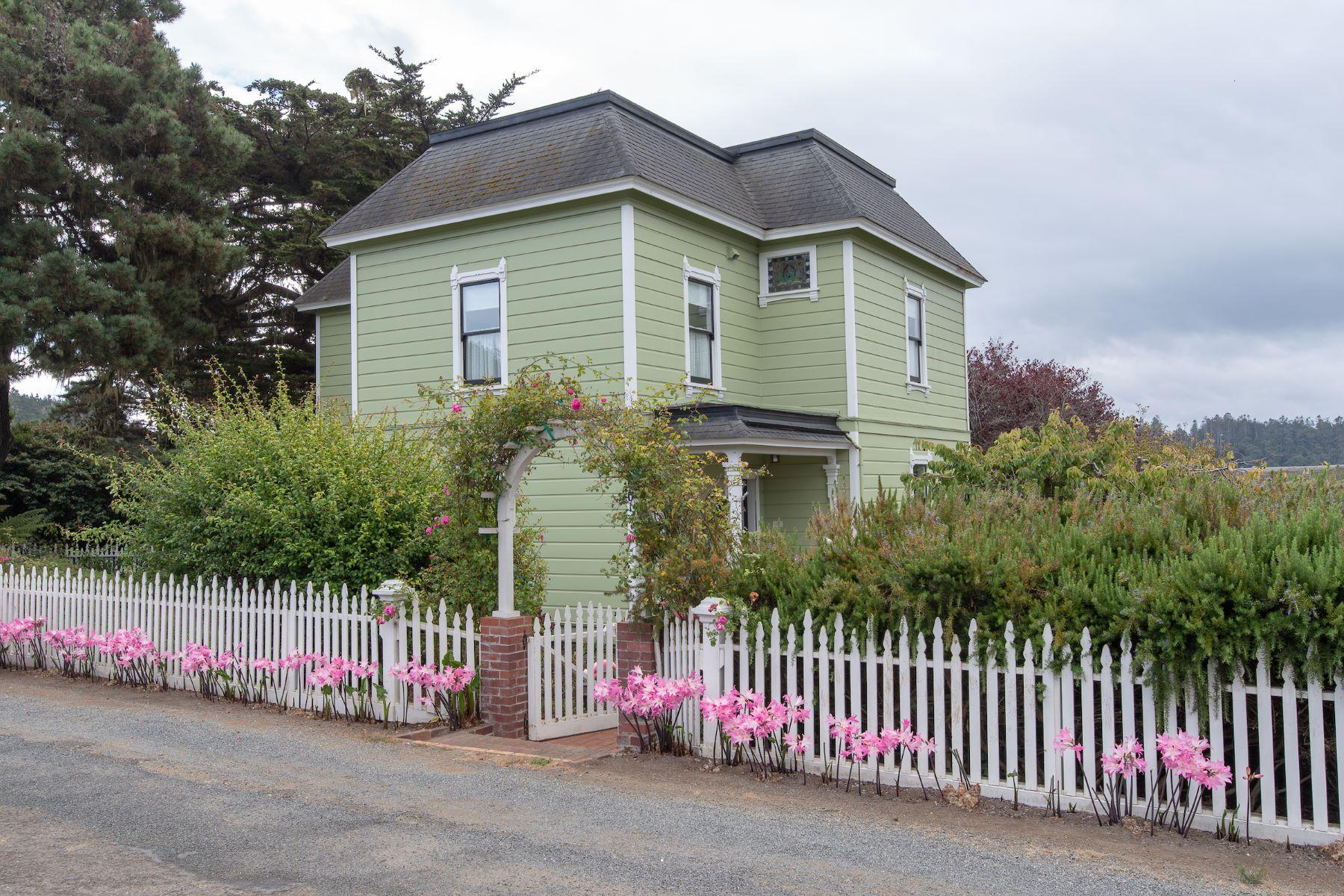 独户住宅 为 销售 在 Village Elegance 44901 Pine Street Mendocino, 加利福尼亚州 95460 美国