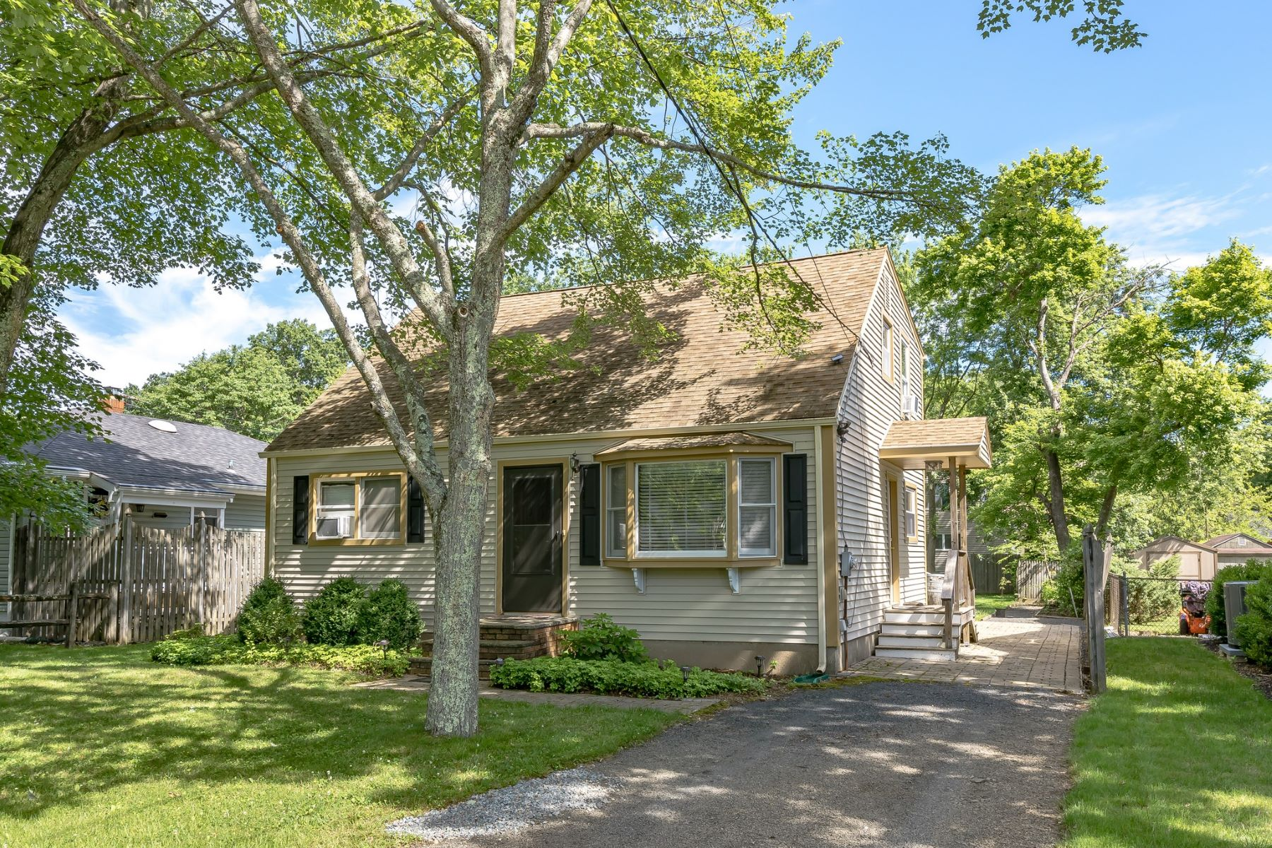 Single Family Homes للـ Sale في Spacious Cape Cod 1368 Valley Road, Long Hill Township, New Jersey 07980 United States