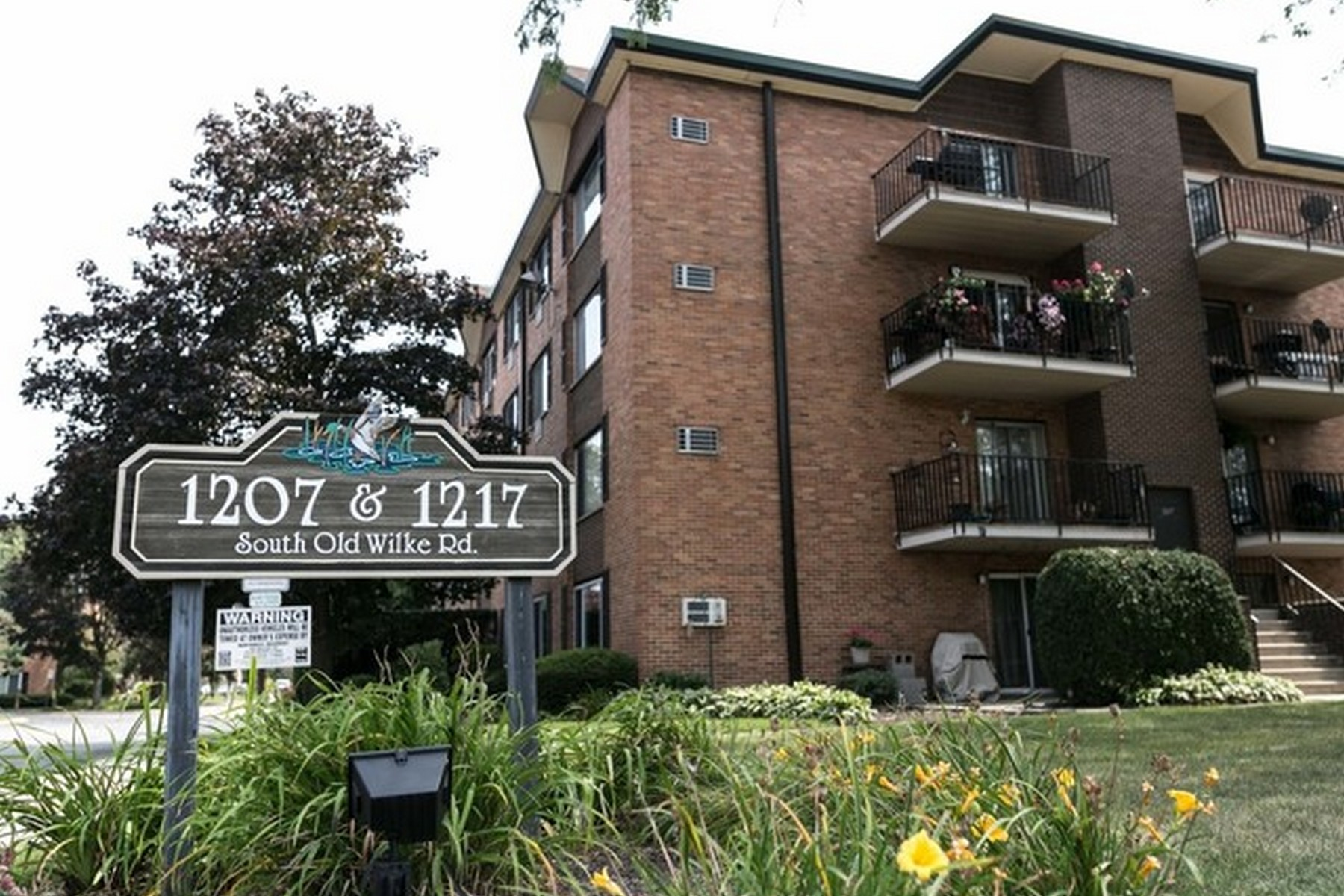Condominio por un Venta en Spacious Two Bedroom Condo 1217 S Old Wilke Road Unit 209, Arlington Heights, Illinois, 60005 Estados Unidos