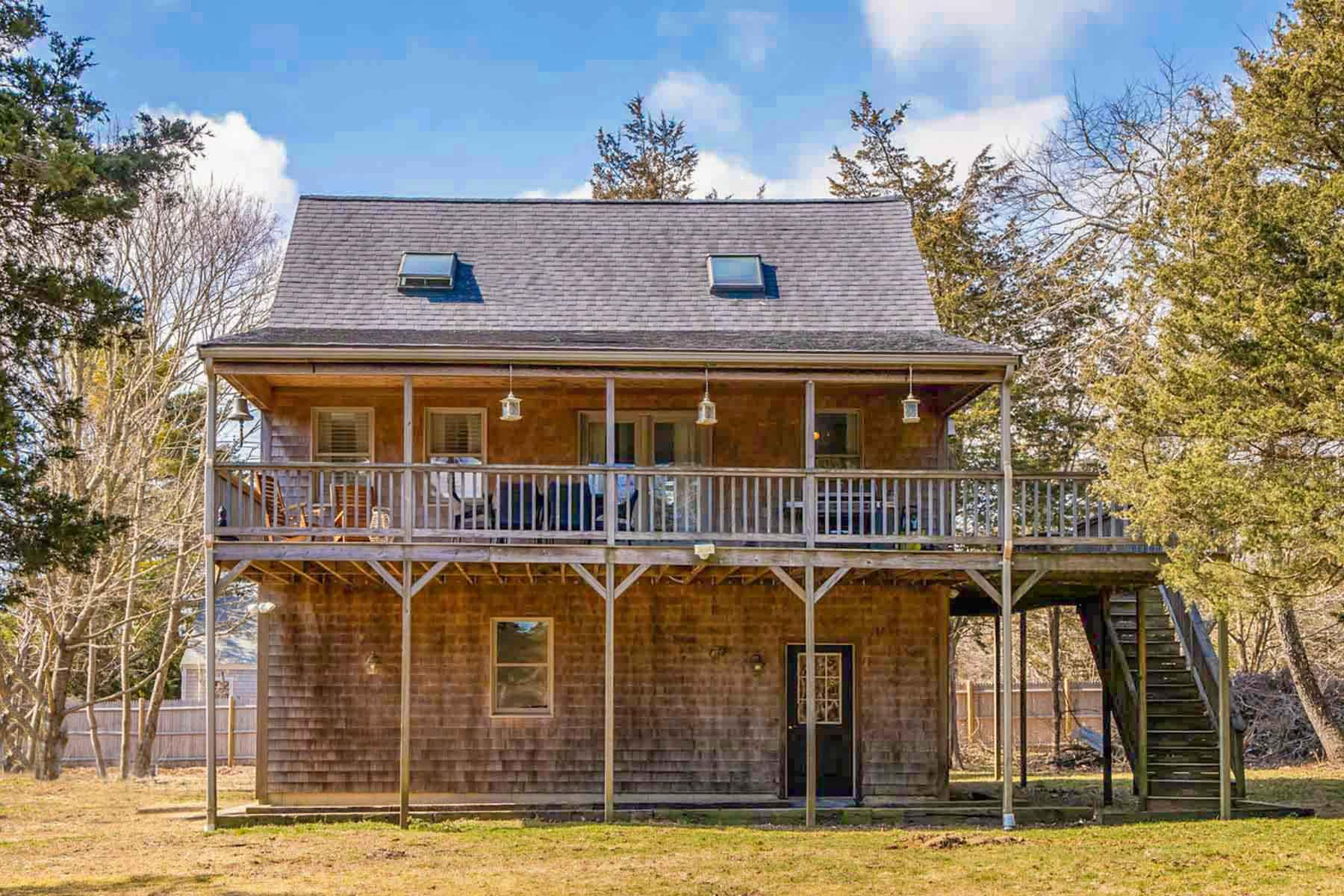 Single Family Homes 为 销售 在 House with garage in Oak Bluffs 179 Edgartow Vineyard Haven Road 橡树崖镇, 马萨诸塞州 02557 美国