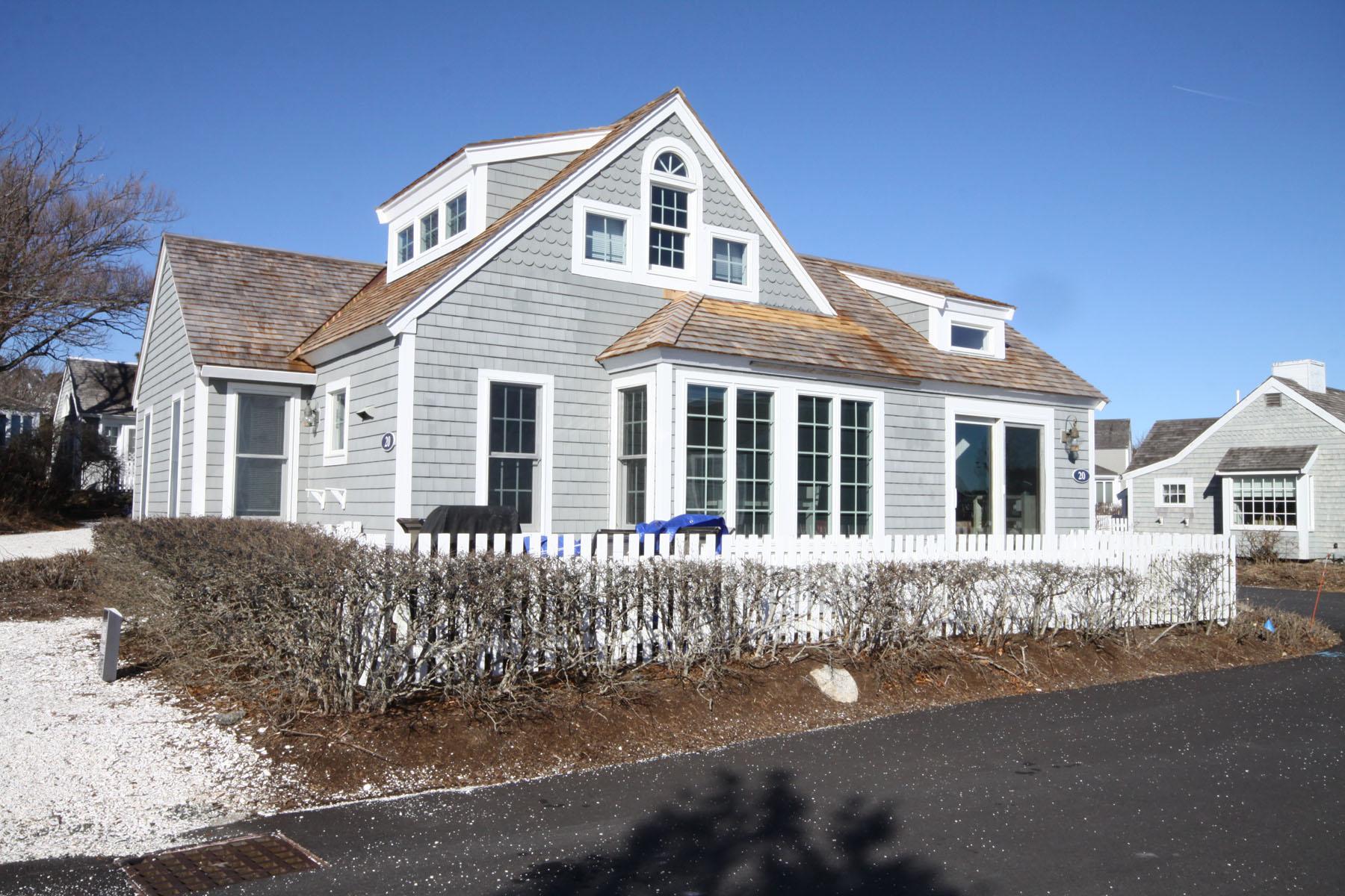 Condominiums por un Venta en QUINESSENTIAL CAPE COD COTTAGE 20 Vineyard View Lane New Seabury, Massachusetts 02649 Estados Unidos