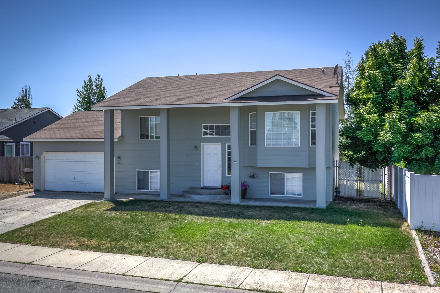 Maison unifamiliale pour l Vente à Colonial split level home with lovely curb appeal 1945 N Stagecoach Post Falls, Idaho, 83854 États-Unis