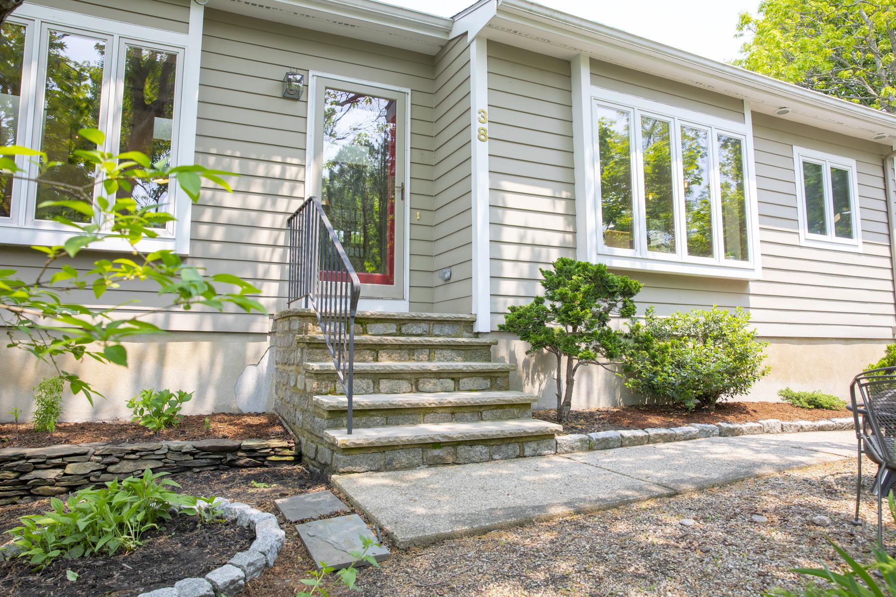 Single Family Homes 为 销售 在 Exciting Contemporary 38 Banks Terrace, 斯瓦姆斯柯特, 马萨诸塞州 01907 美国