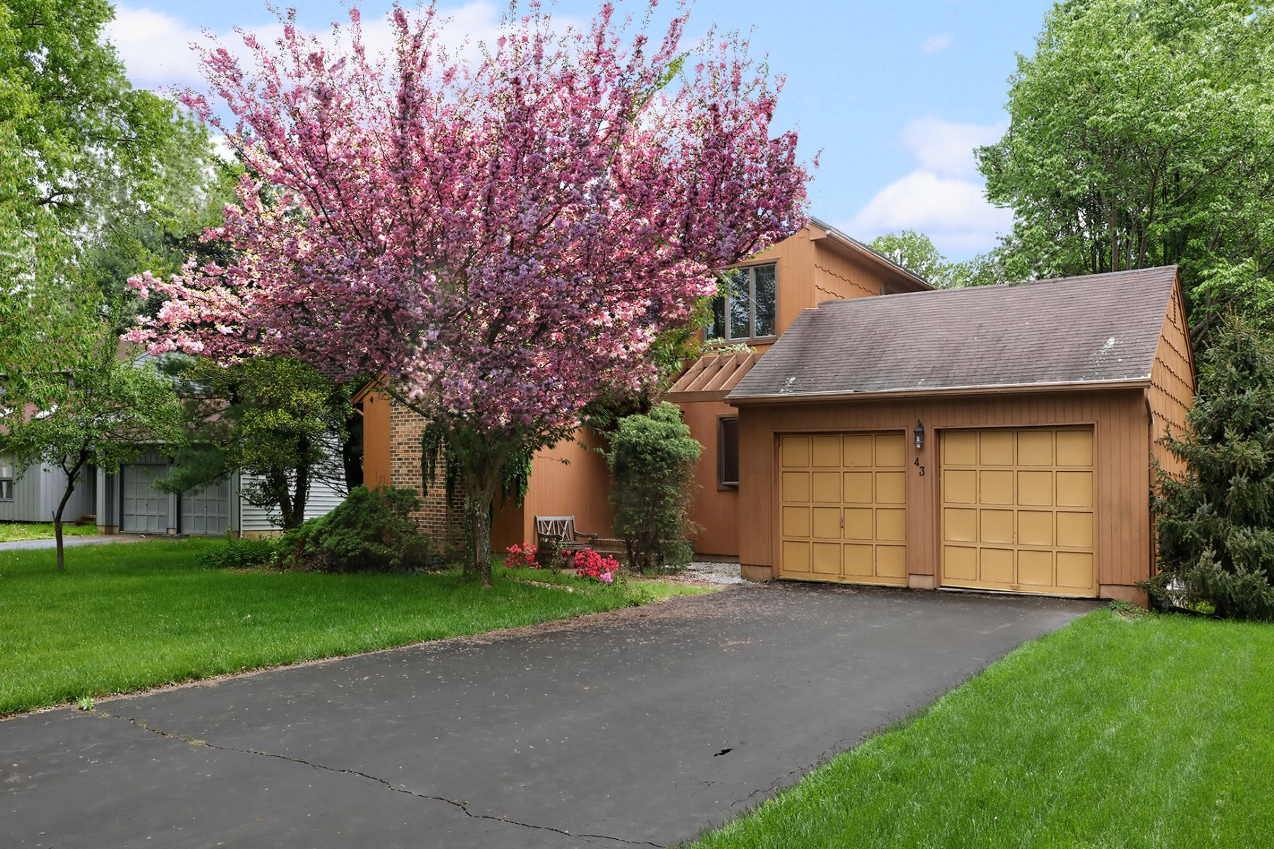 Flowering Trees Surround Modern Lawrenceville Home 43 Laurel Wood Drive Lawrenceville, New Jersey 08648 États-Unis