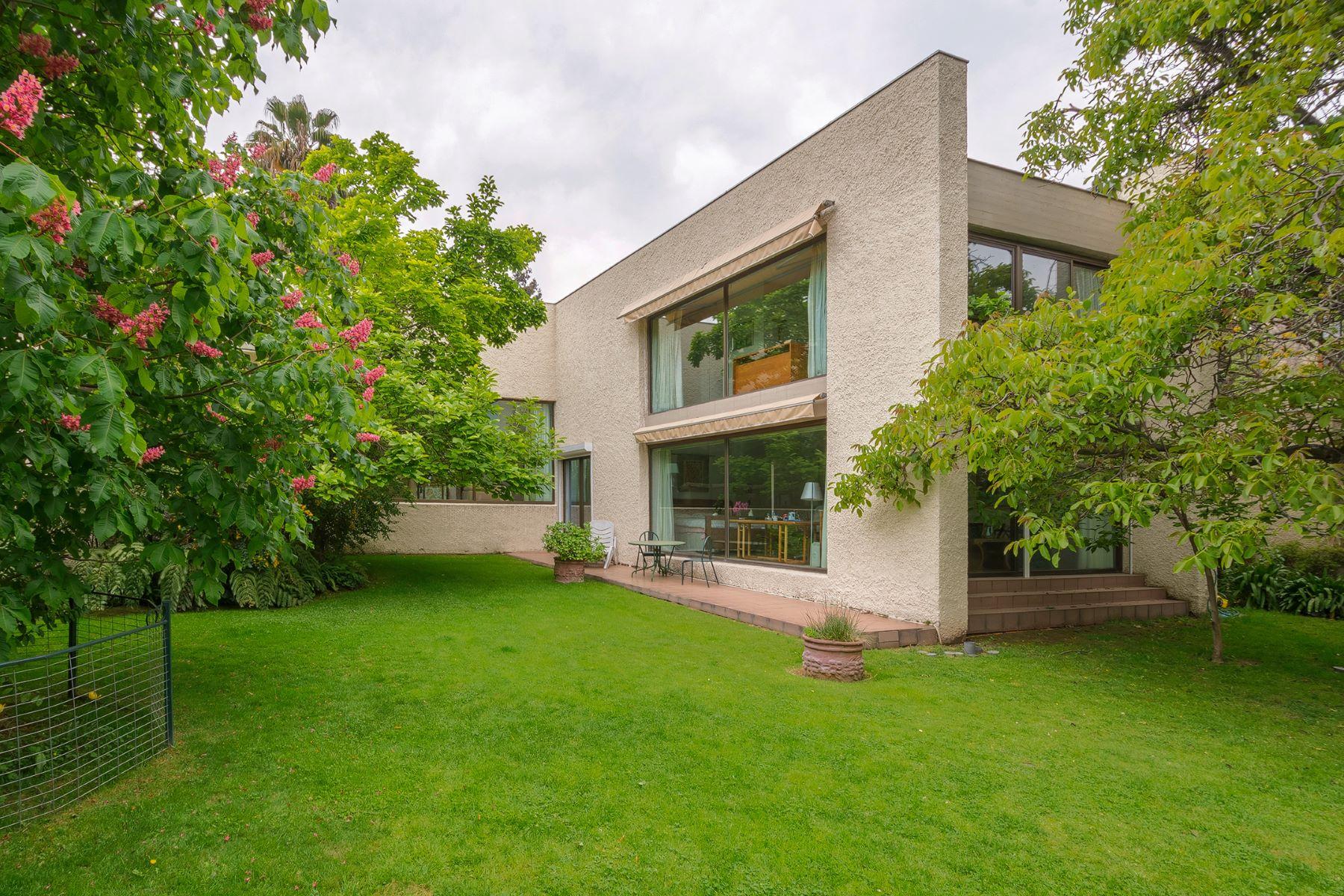 独户住宅 为 销售 在 Splendid Mediterranean House, Fine Finishes, Residential Area Lo Barnechea, Santiago, Region Metropolitana De Santiago 智利