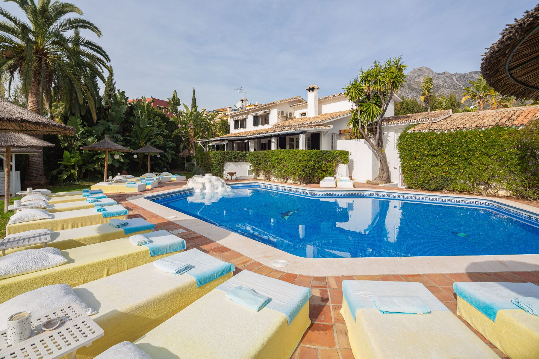 Multi-Family Homes para Venda às Captivating timeless main villa plus six guest cottages. Rocio de Nagueles Marbella Golden Mile Marbella, Andaluzia 29601 Espanha