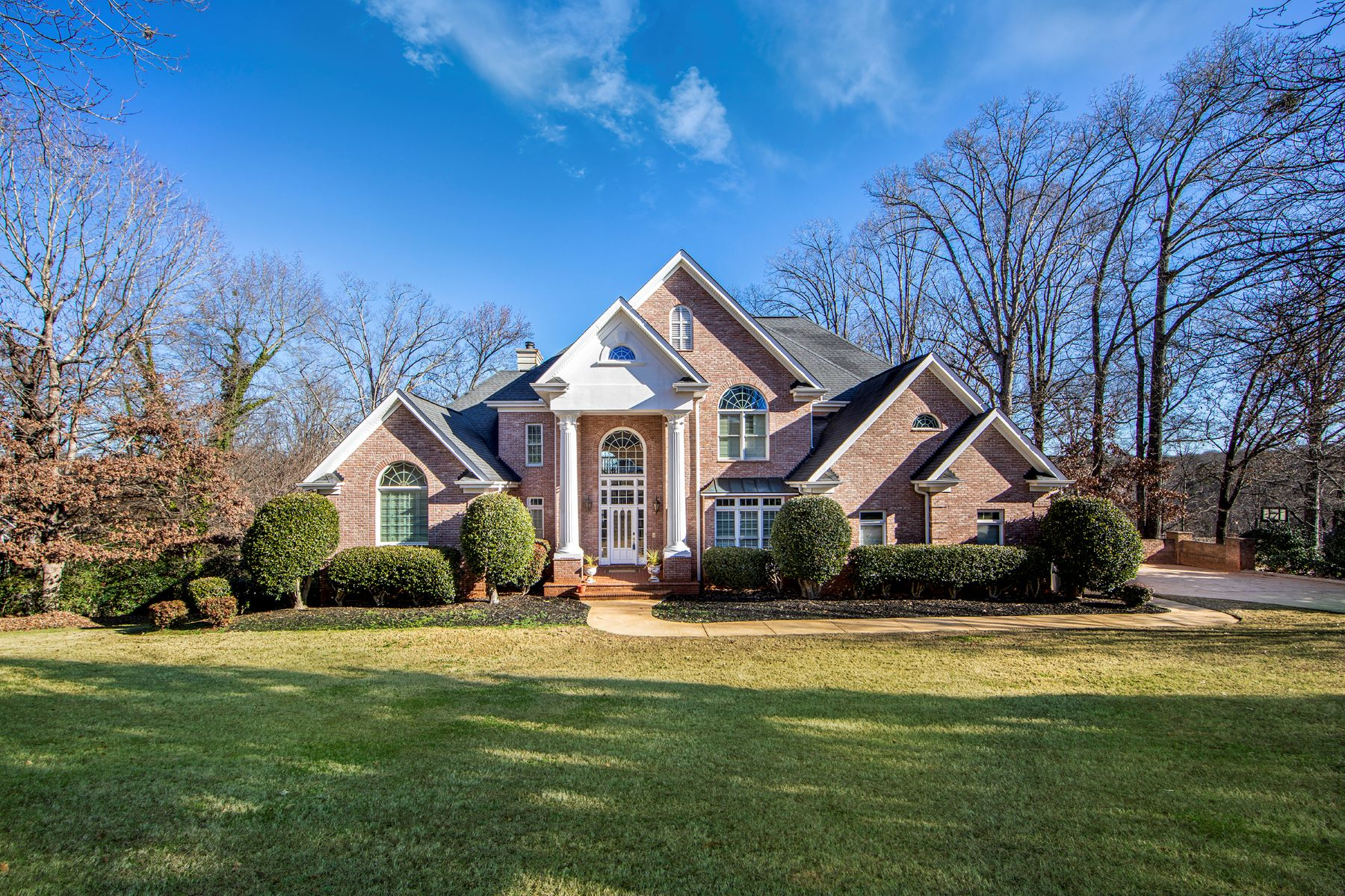 Single Family Homes for Active at Warm and inviting home on waterfront lot. 515 Spaulding Lake Drive Greenville, South Carolina 29615 United States