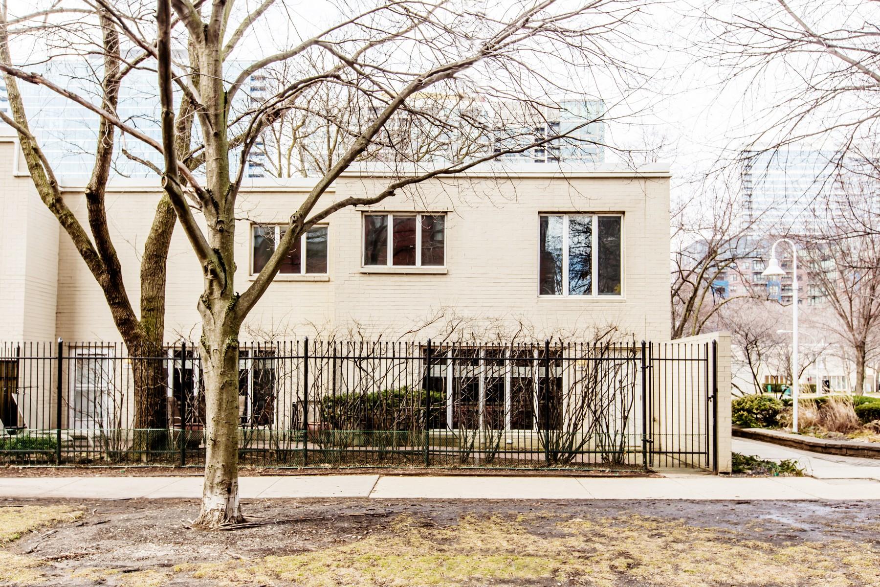 Частный односемейный дом для того Продажа на Exceptionally large corner unit 945 S Park Terrace, Chicago, Иллинойс, 60605 Соединенные Штаты