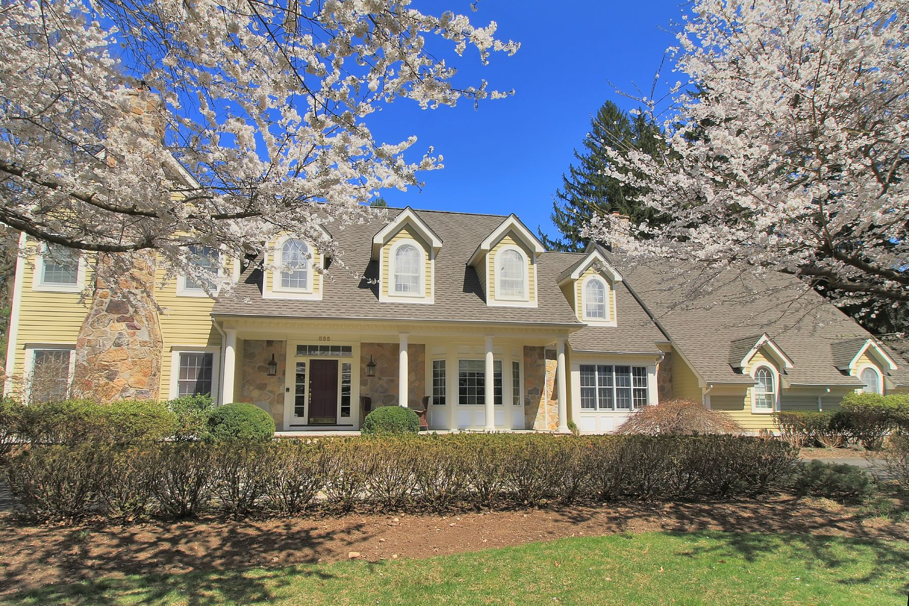 واحد منزل الأسرة للـ Sale في Welcome home to this beautiful Colonial 855 Old Mill Road, Franklin Lakes, New Jersey, 07417 United States