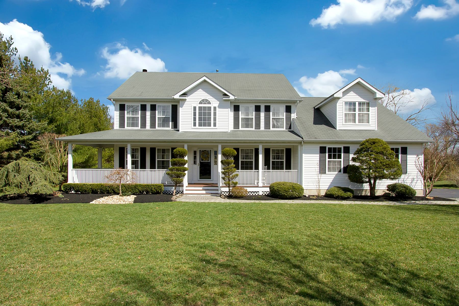Casa Unifamiliar por un Venta en Charming & Inviting Colonial 10 Plantation Drive Freehold, Nueva Jersey 07728 Estados Unidos