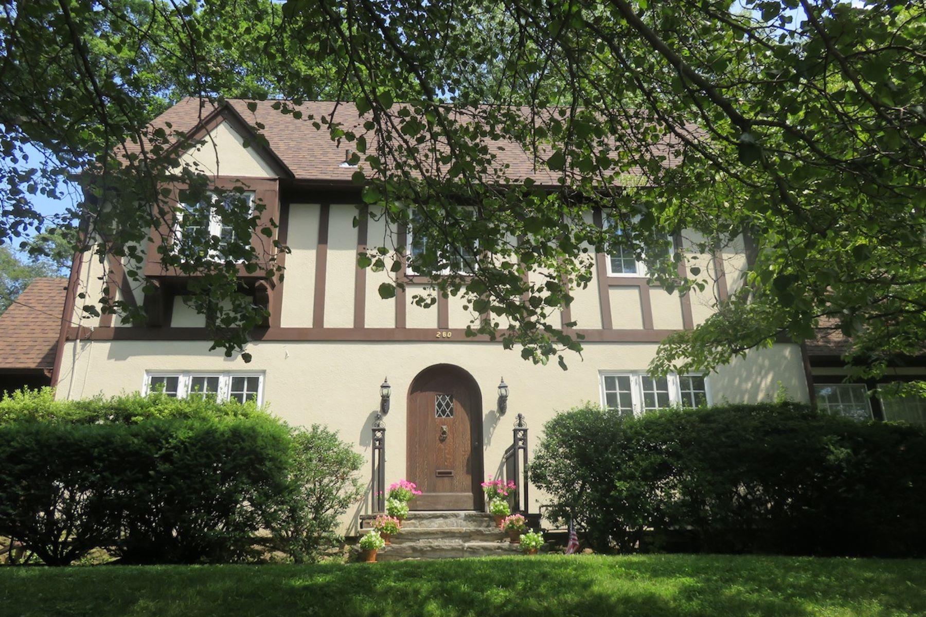Частный односемейный дом для того Продажа на 260 Highbrook Avenue Pelham, Нью-Йорк, 10803 Соединенные Штаты