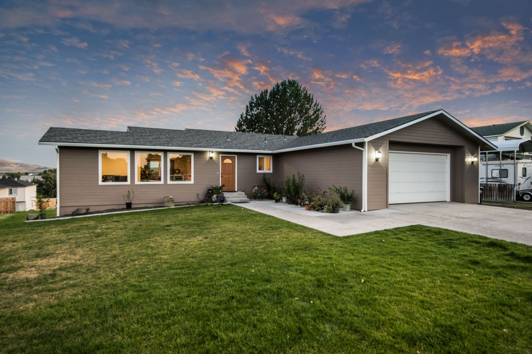 Single Family Homes for Sale at Room for everyone! 4541 Maple Lane West Richland, Washington 99353 United States