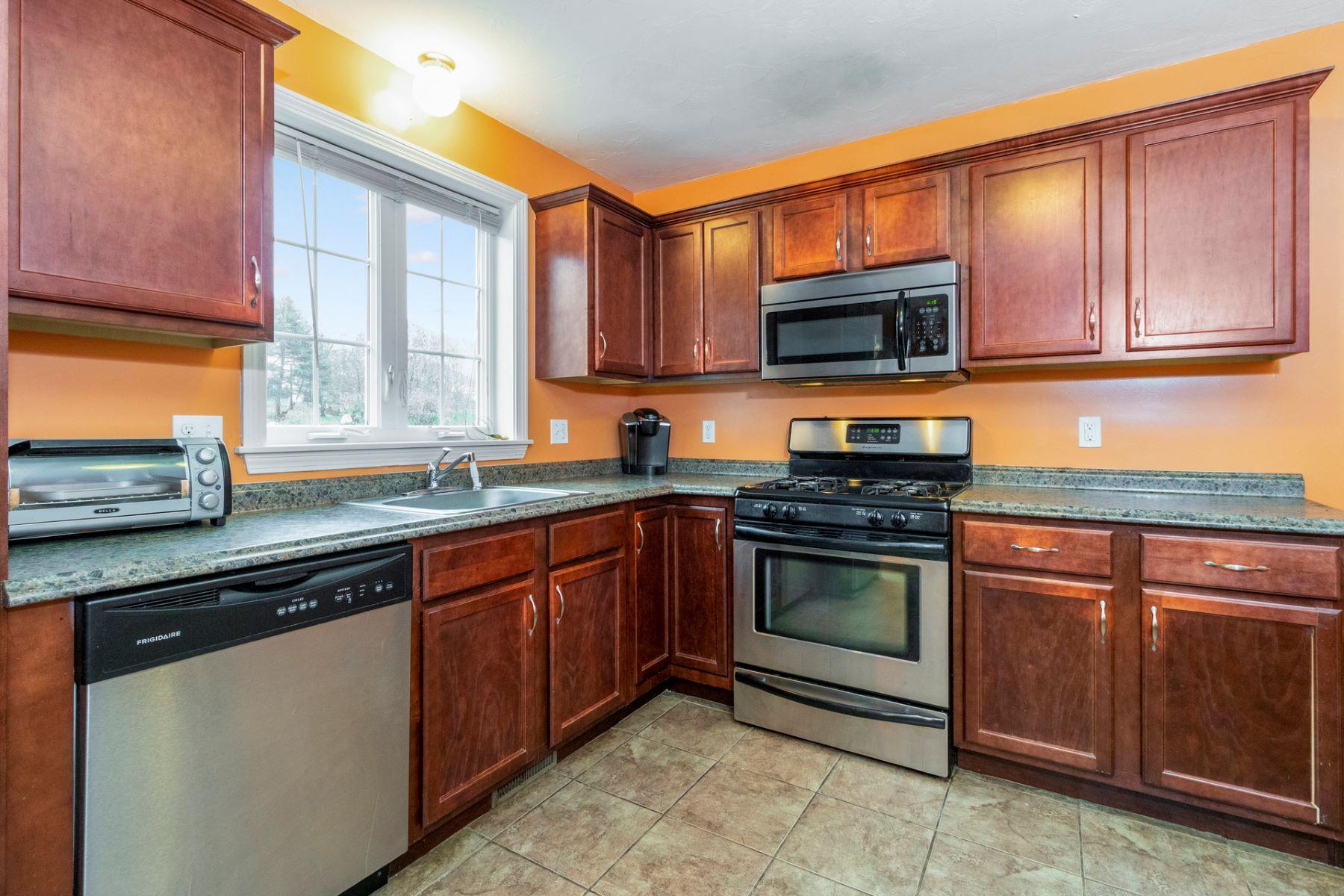 Single Family Homes 为 销售 在 59 Trout St 布罗克顿, 马萨诸塞州 02302 美国