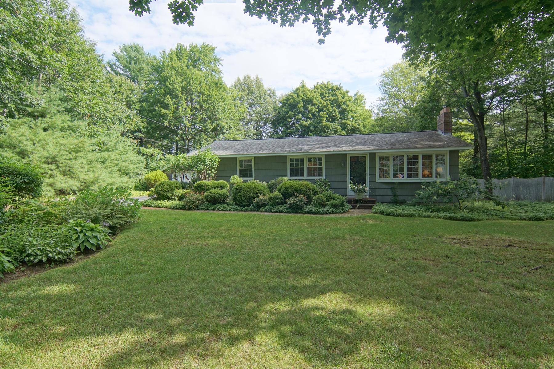 Single Family Homes 为 销售 在 Charming North Hampton Home 19 Woodknoll Drive, 北汉普顿, 新罕布什尔州 03862 美国