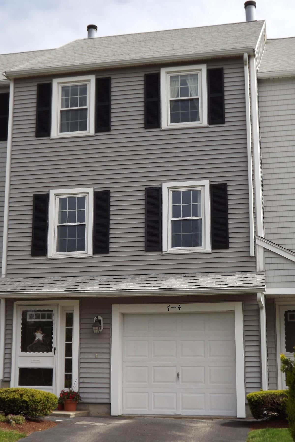 Maison accolée pour l Vente à Townhouse In Meadowbrook Community 7 Tuck Farm Road - Unit 4 Auburn, Massachusetts, 01501 États-Unis