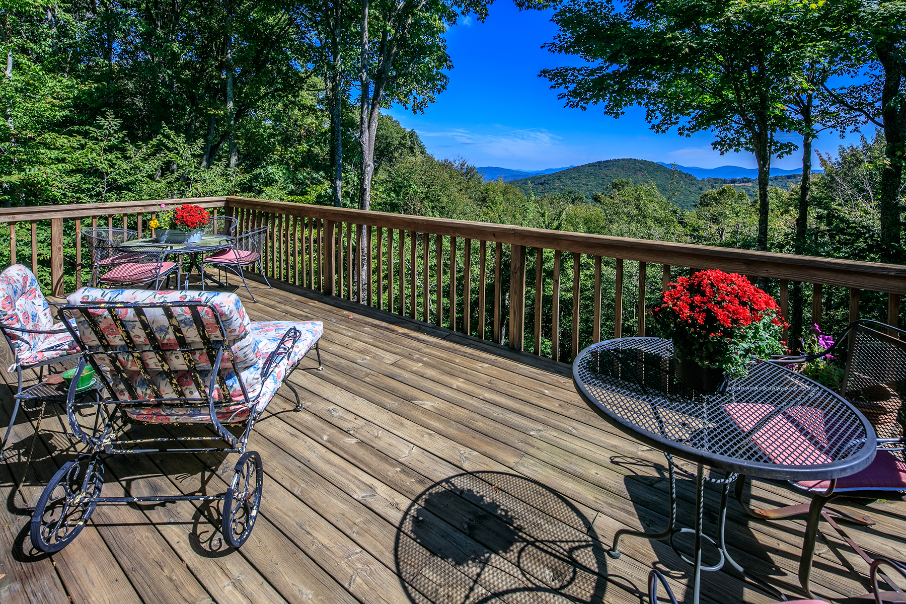 Single Family Homes for Sale at 304 Lakeledge Rd Beech Mountain, North Carolina 28604 United States