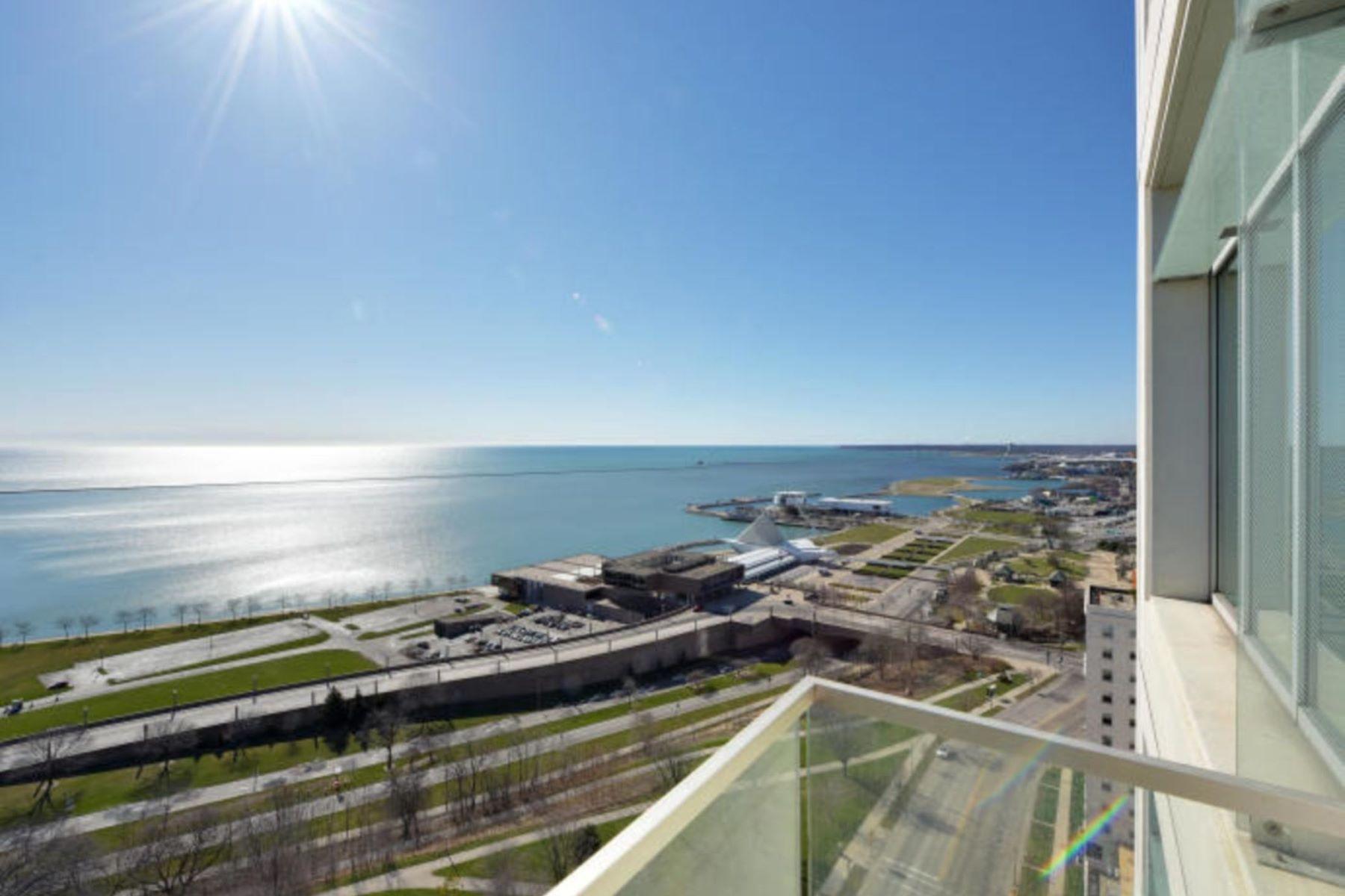 Condominiums 為 出售 在 Contemporary Downtown Condo 825 N. Prospect Ave. Unit 2001, Milwaukee, 威斯康辛州 53202 美國
