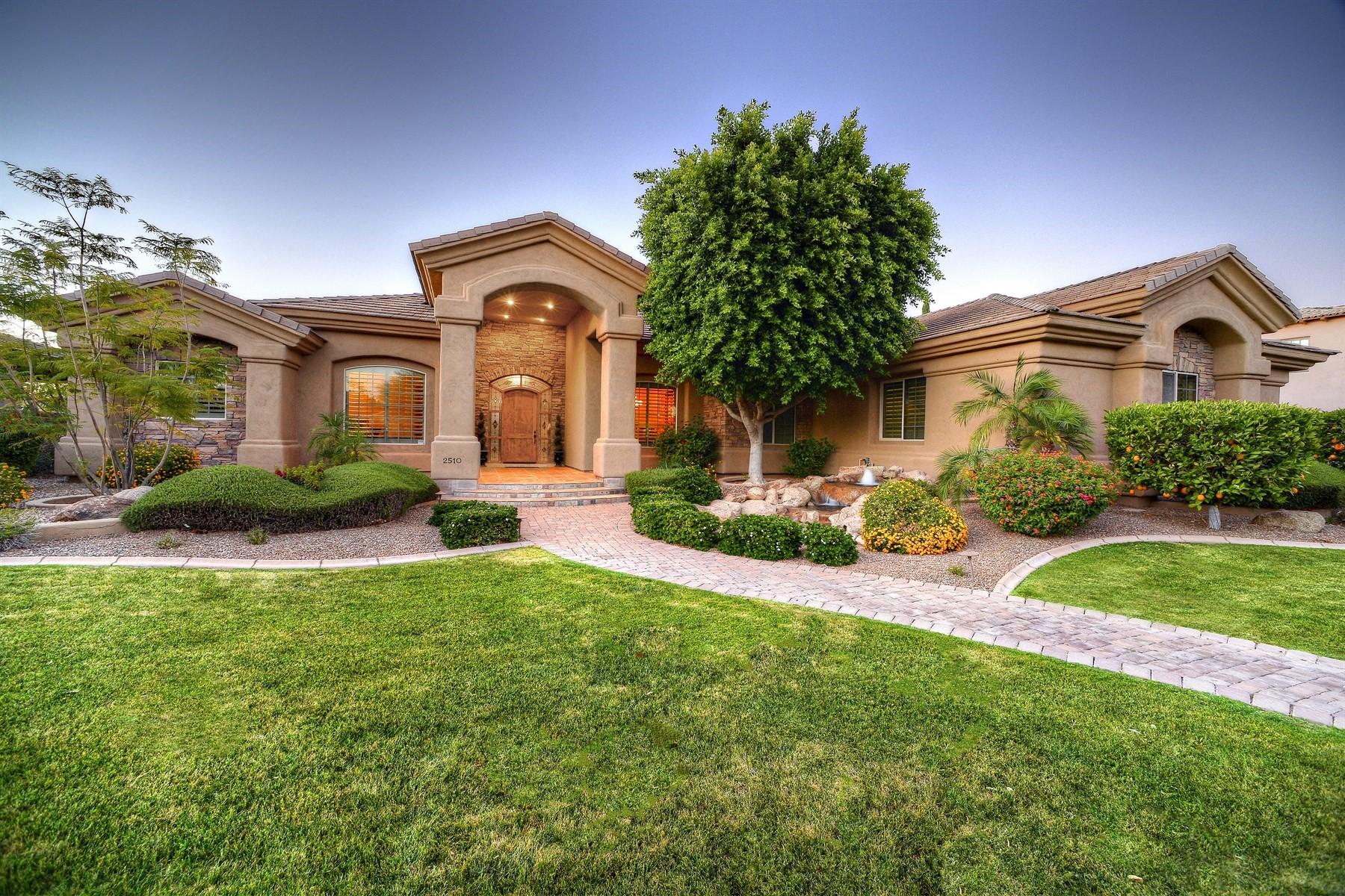 Maison unifamiliale pour l Vente à Outstanding custom home in the prestigious enclave of Glenwood Parke 2510 E Minton St Mesa, Arizona, 85213 États-Unis