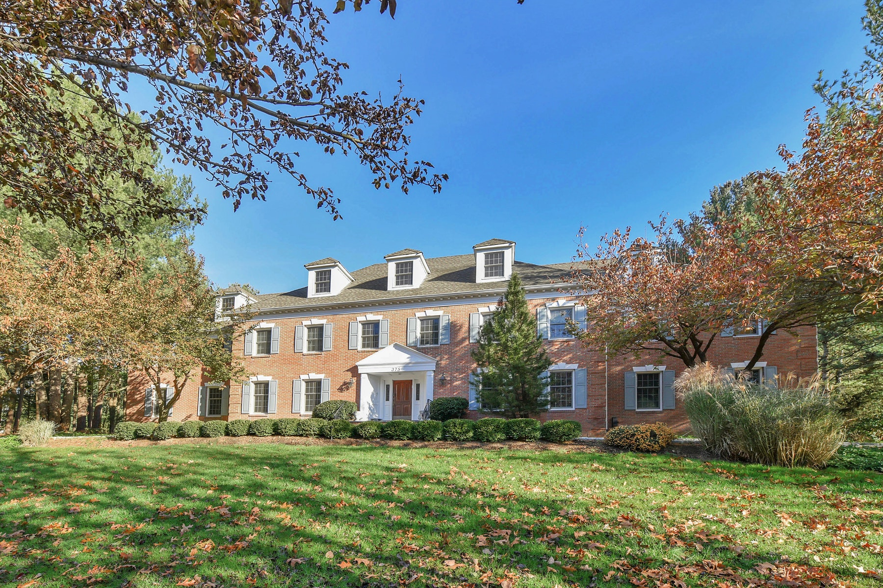 واحد منزل الأسرة للـ Sale في Custom Brick Manor 375 Scholar Court, Franklin Lakes, New Jersey, 07417 United States
