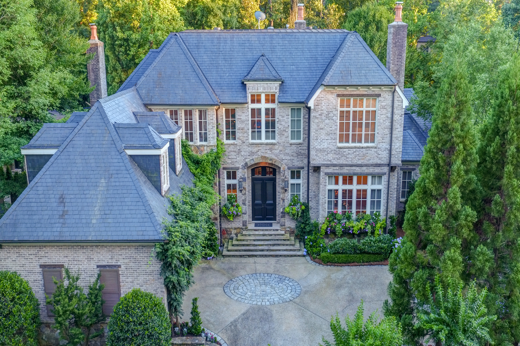 Vivienda unifamiliar por un Venta en Rare Opportunity In Buckhead's Only Gated And Security Manned Neighborhood 675 W Paces Ferry Road NW Number 12 Atlanta, Georgia, 30327 Estados Unidos