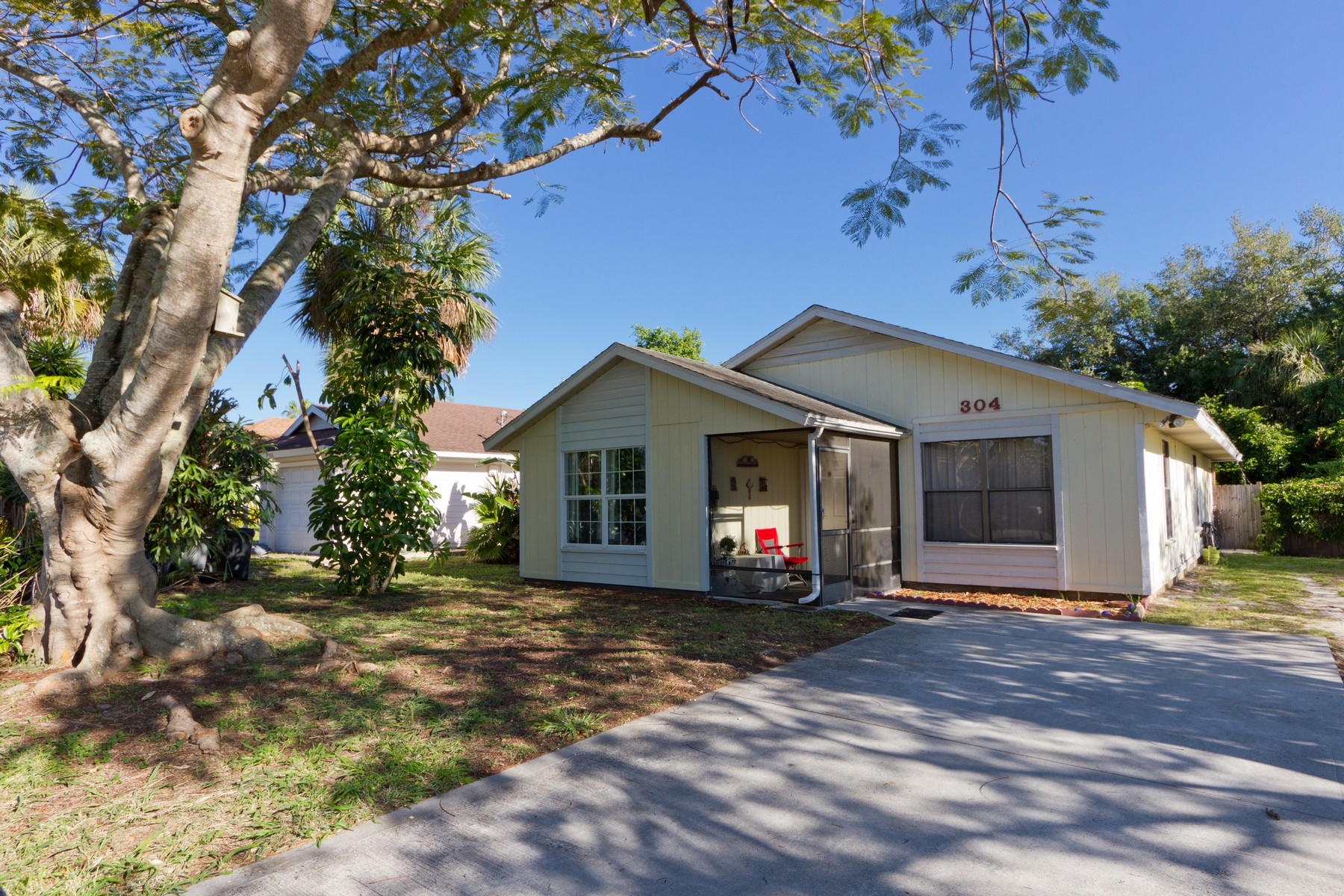 single family homes for Sale at Quaint Home With No HOA! 304 14th St SW Vero Beach, Florida 32963 United States