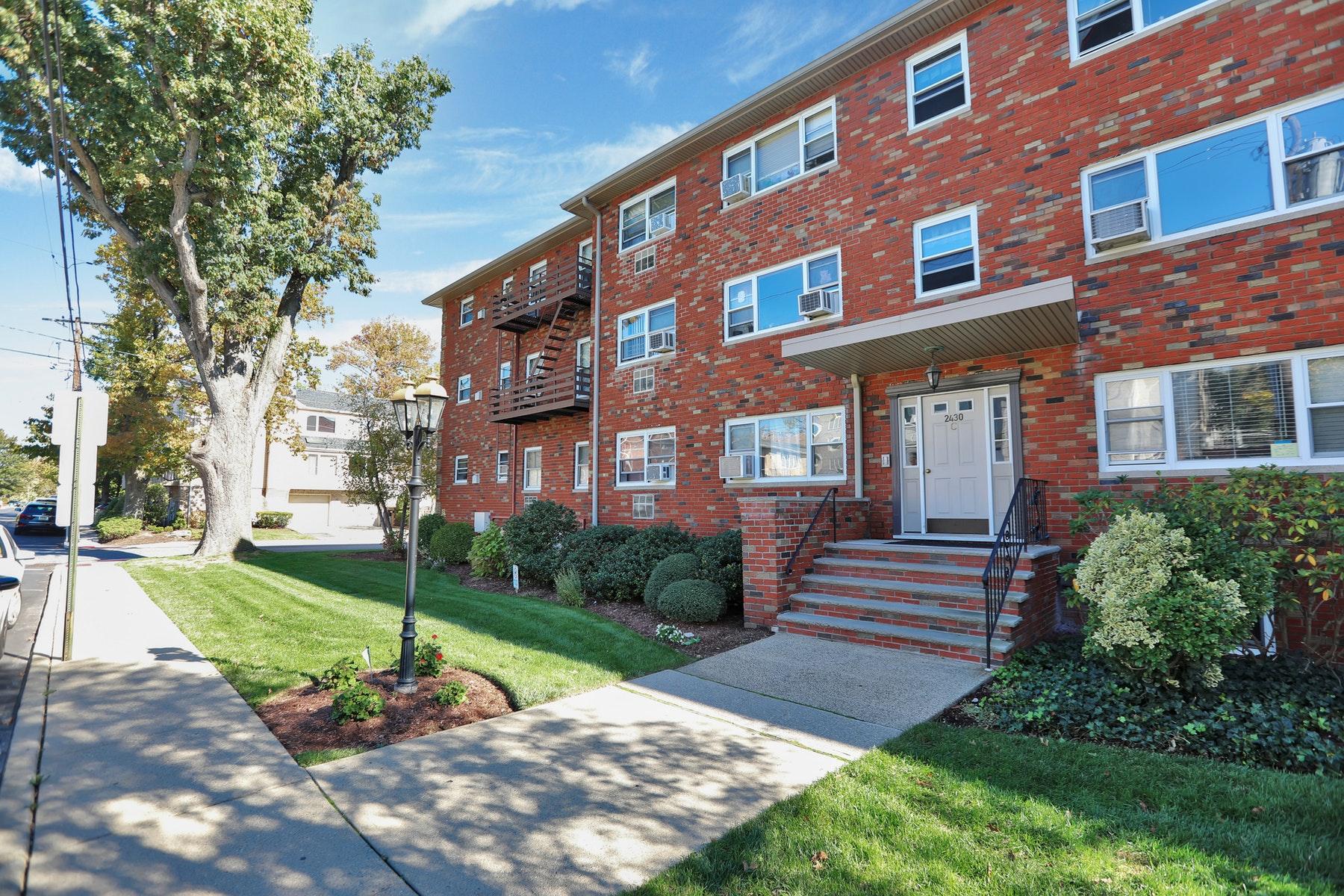 Condominiums para Venda às Riviera Gardens 2430 8th Street #5C, Fort Lee, Nova Jersey 07024 Estados Unidos