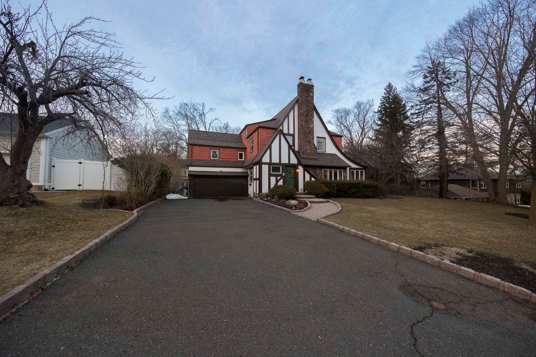 Single Family Homes por un Venta en Beautiful Tudor 59 Burlington Rd Tenafly, Nueva Jersey 07670 Estados Unidos