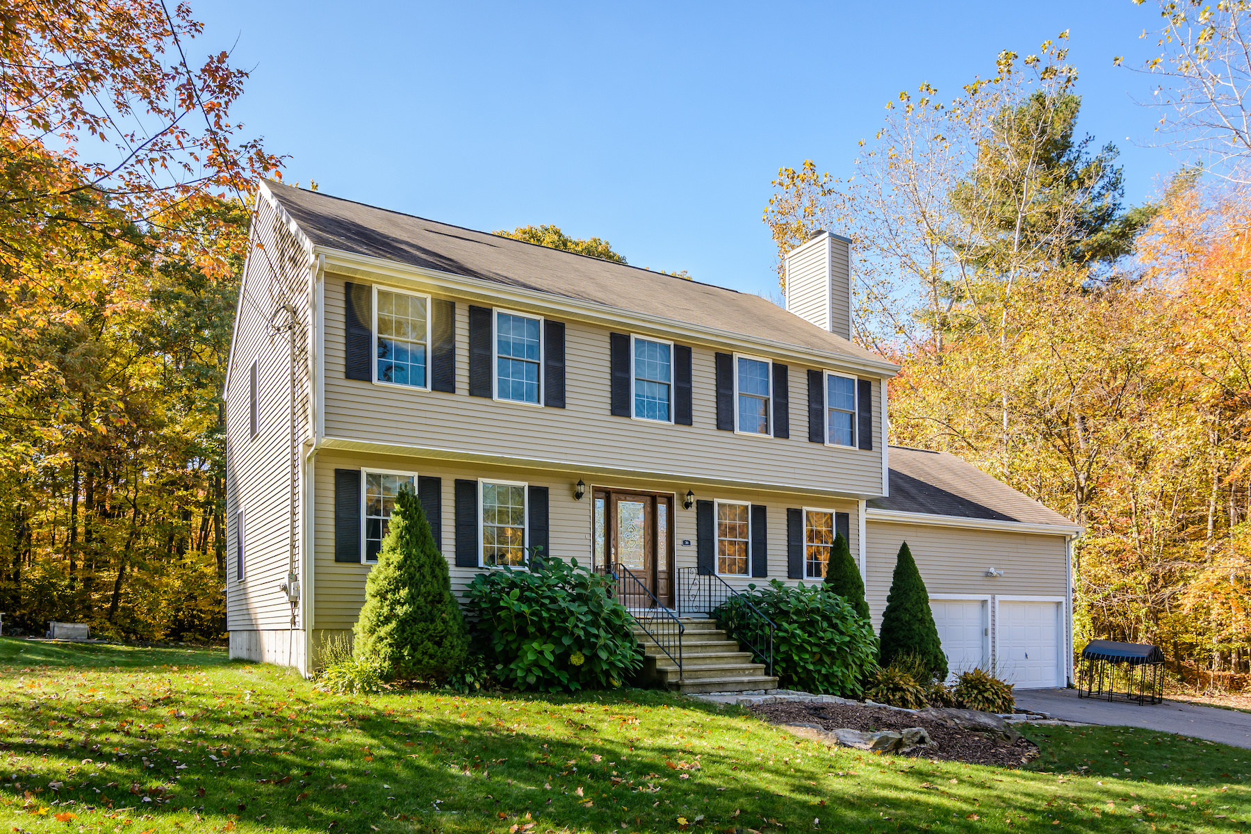 Single Family Homes 용 매매 에 Garrison Colonial Tucked Away On A Quiet Street 30 Benton Street, Millbury, 매사추세츠 01527 미국