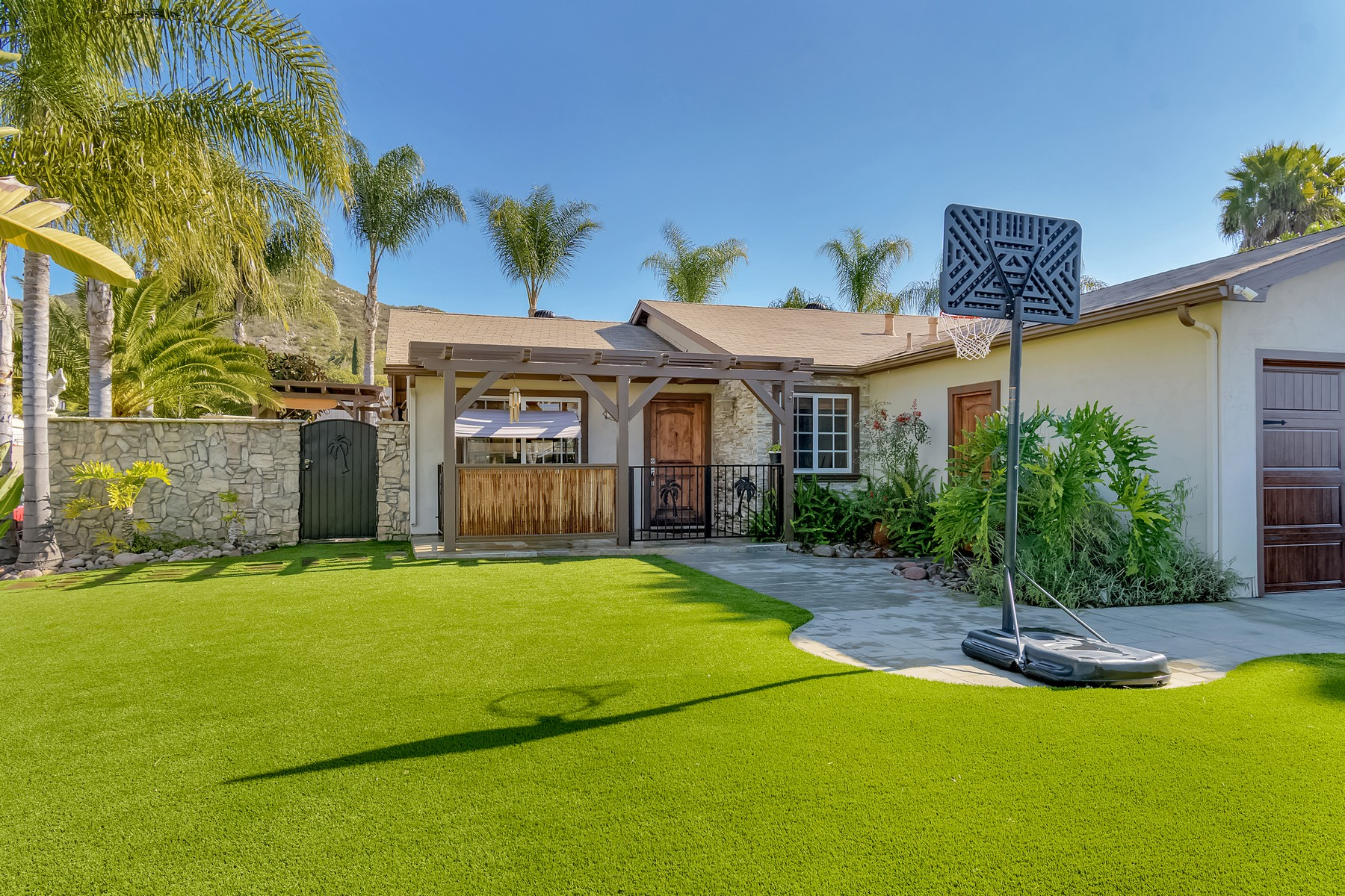Single Family Homes para Venda às Remodeled Beauty! 15243 Hesta St, Poway, Califórnia 92064 Estados Unidos