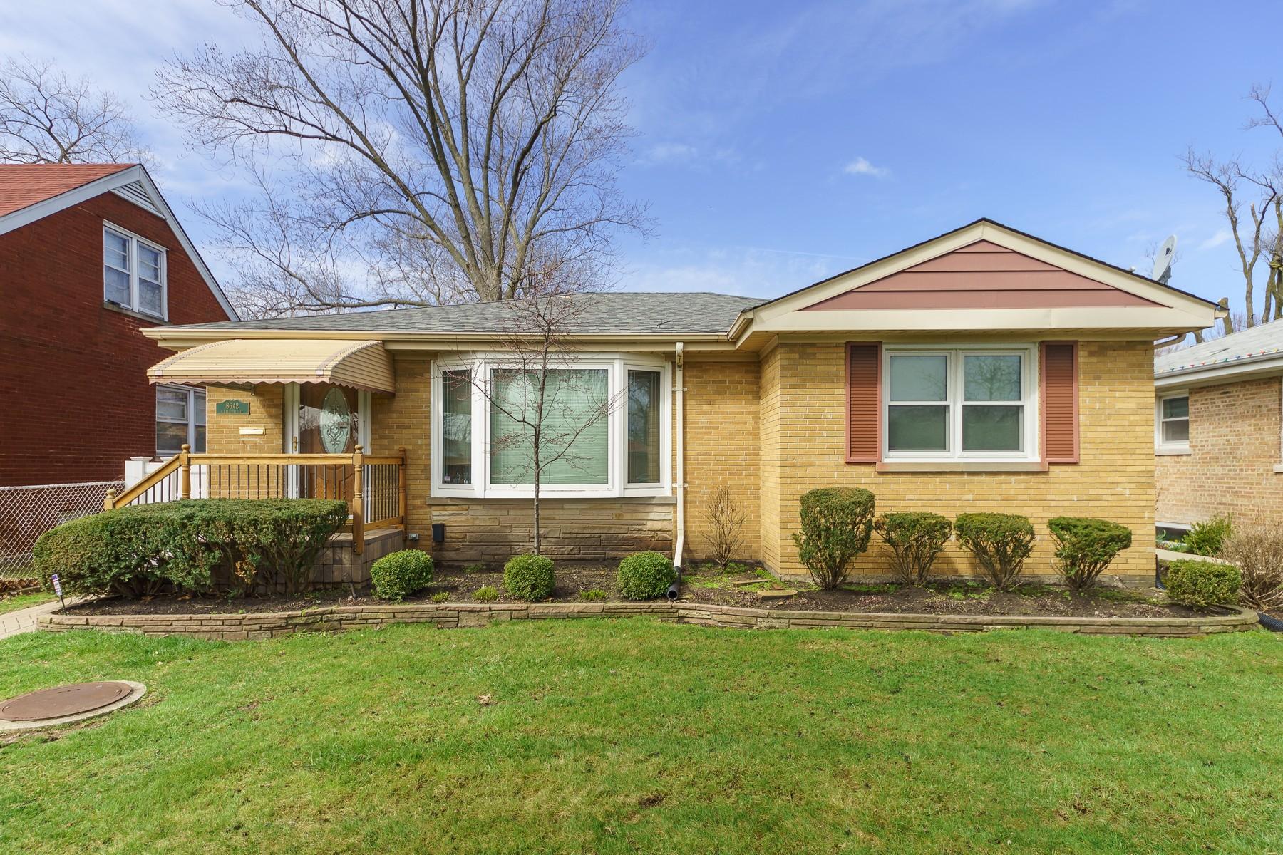 Vivienda unifamiliar por un Venta en Beautifully Updated Ranch 8642 Keystone Ave Skokie, Illinois, 60076 Estados Unidos