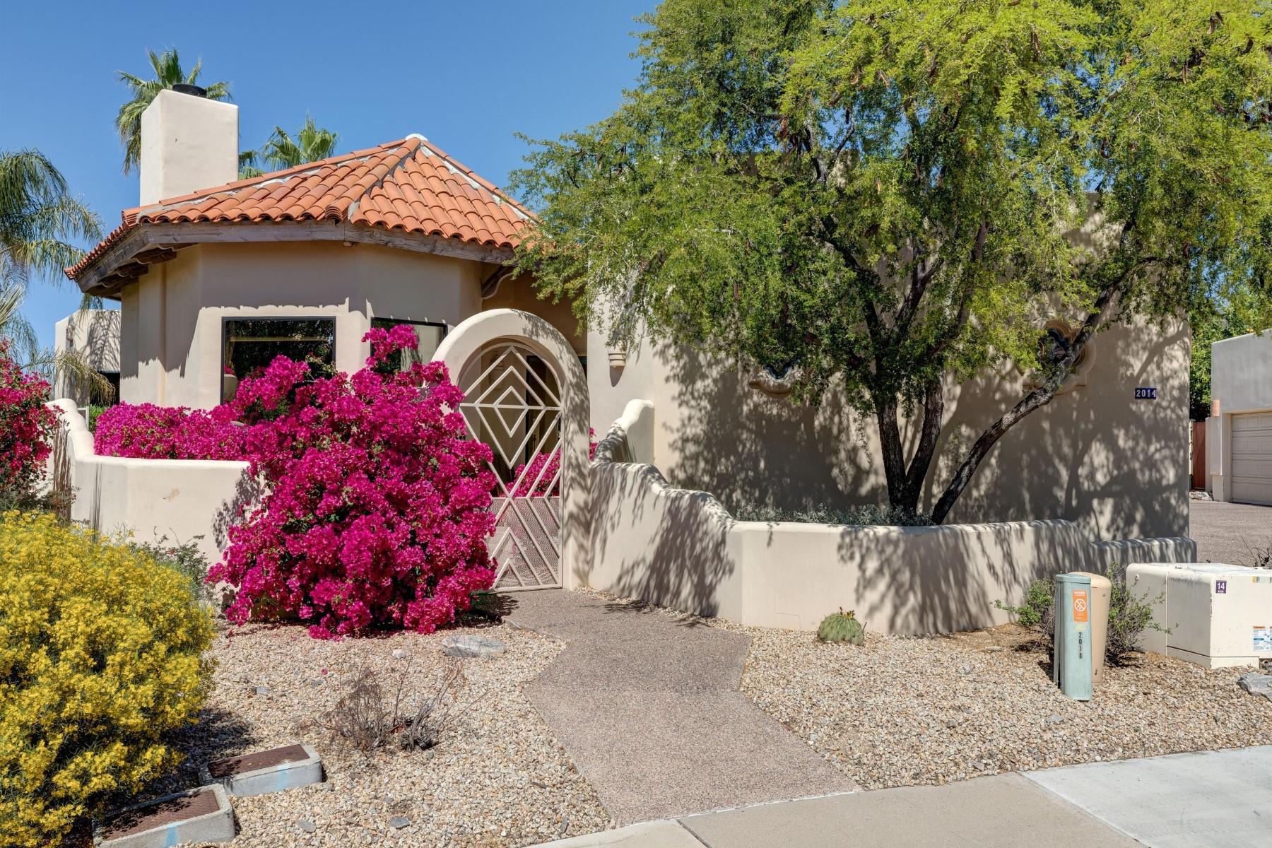Maison unifamiliale pour l Vente à Beautifully designed home located in gated Villas Encantadas 2014 E Northview Ave Phoenix, Arizona, 85020 États-Unis