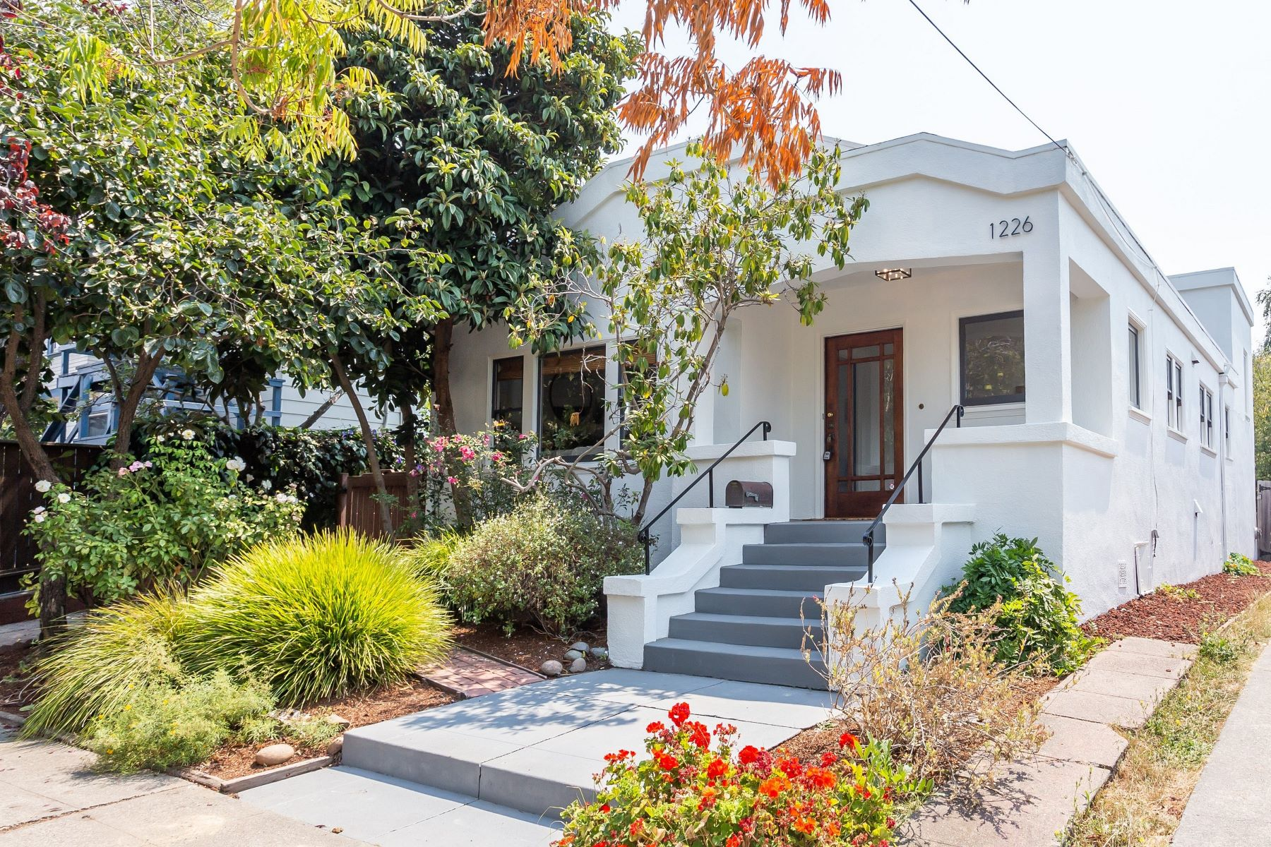 Single Family Homes por un Venta en Located On A Quiet Street 1226 Carleton Street Berkeley, California 94702 Estados Unidos