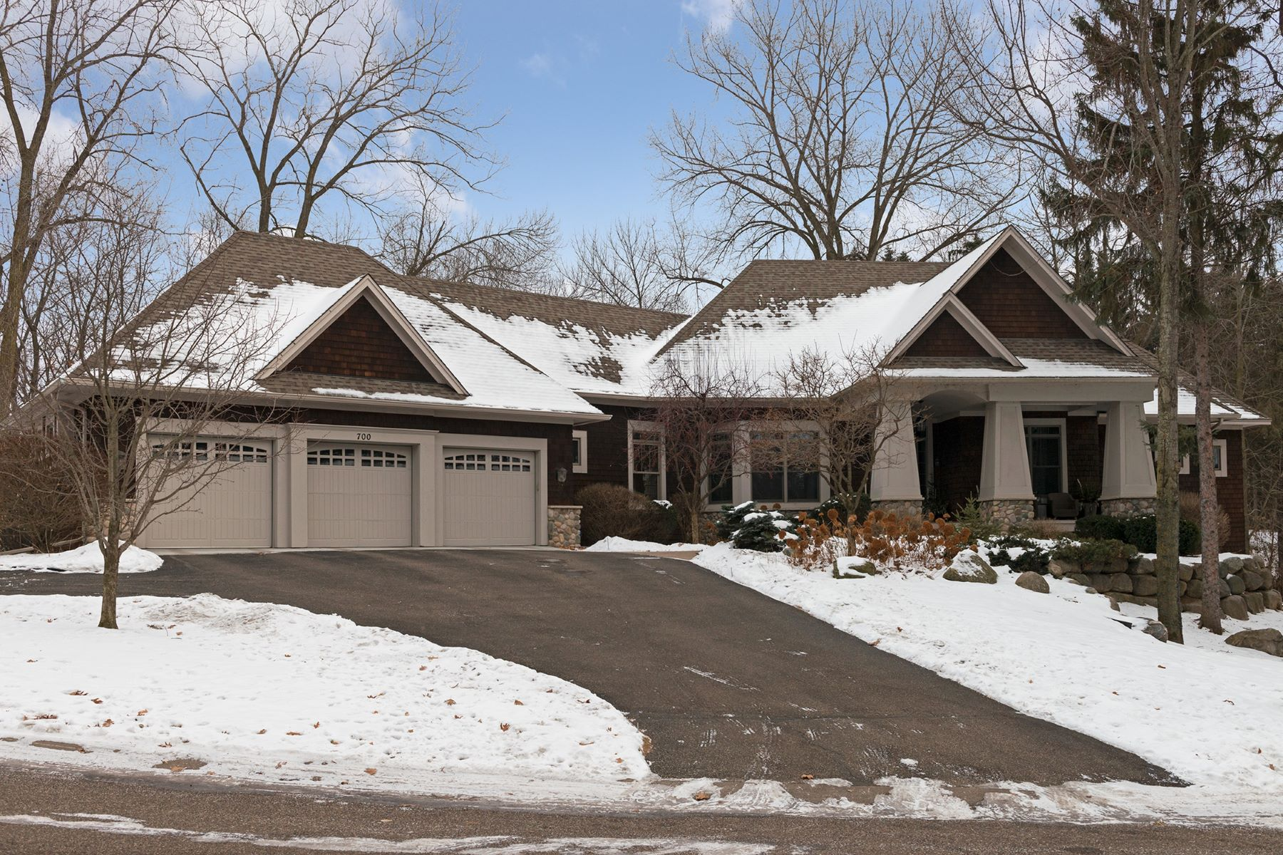 独户住宅 为 销售 在 700 Shadyview Lane N 普利茅斯, 明尼苏达州, 55447 美国