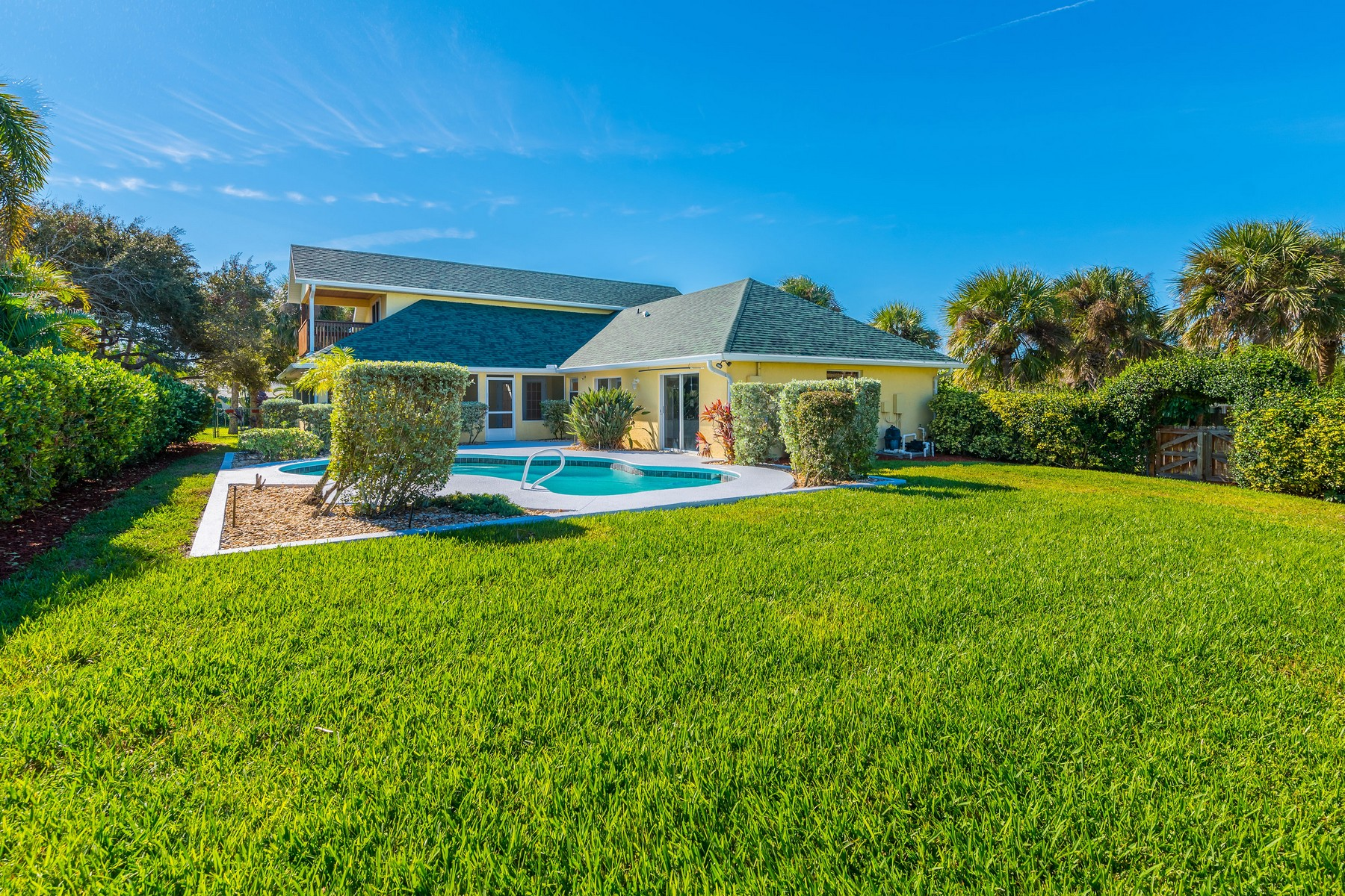 Additional photo for property listing at Charming Beach Side American Colonial 222 Third Avenue Melbourne Beach, Florida 32951 United States