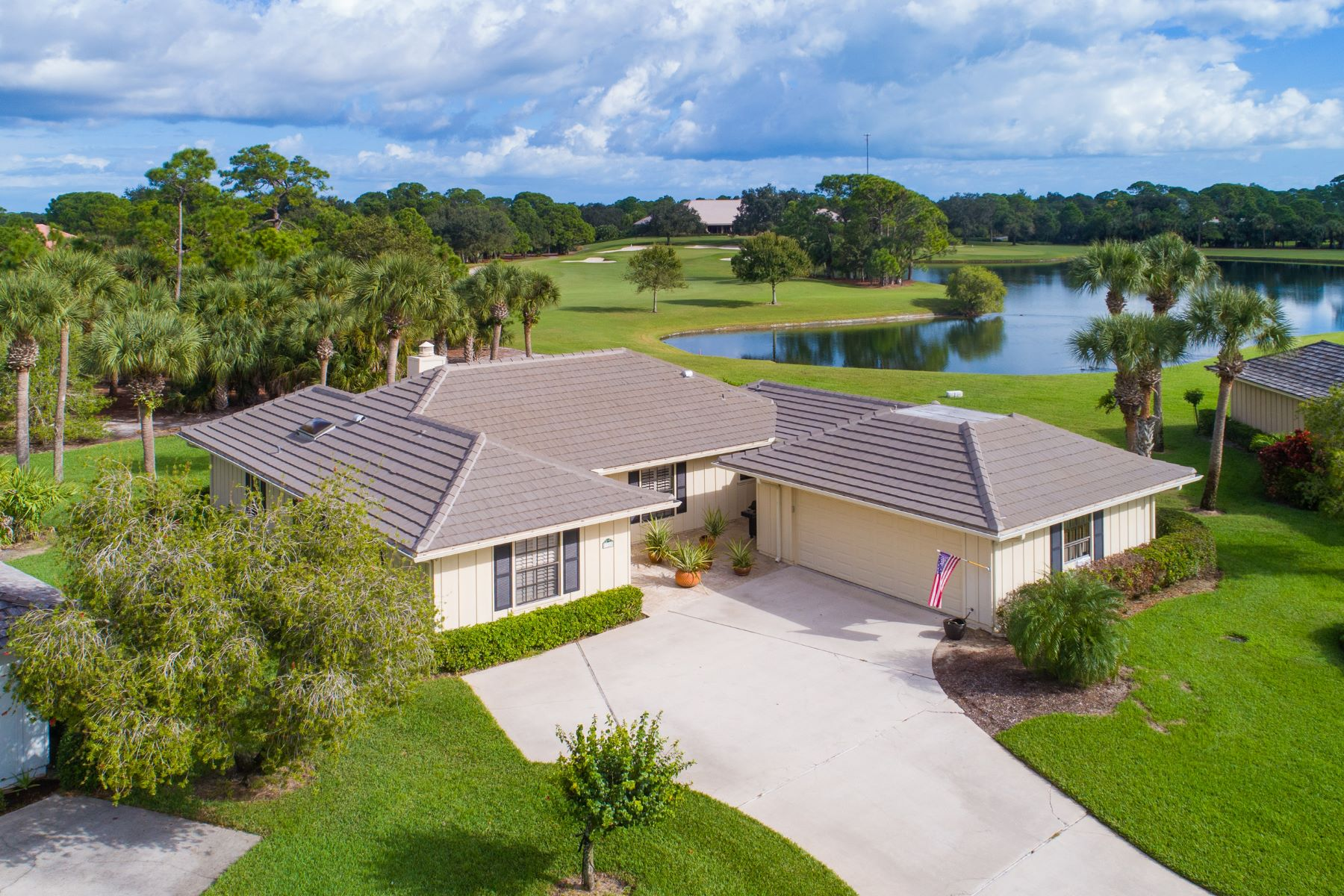 Casa para uma família para Venda às Superb Golf Villa With Panoramic Golf and Lake Views 120 Prestwick Circle Vero Beach, Florida 32967 Estados Unidos