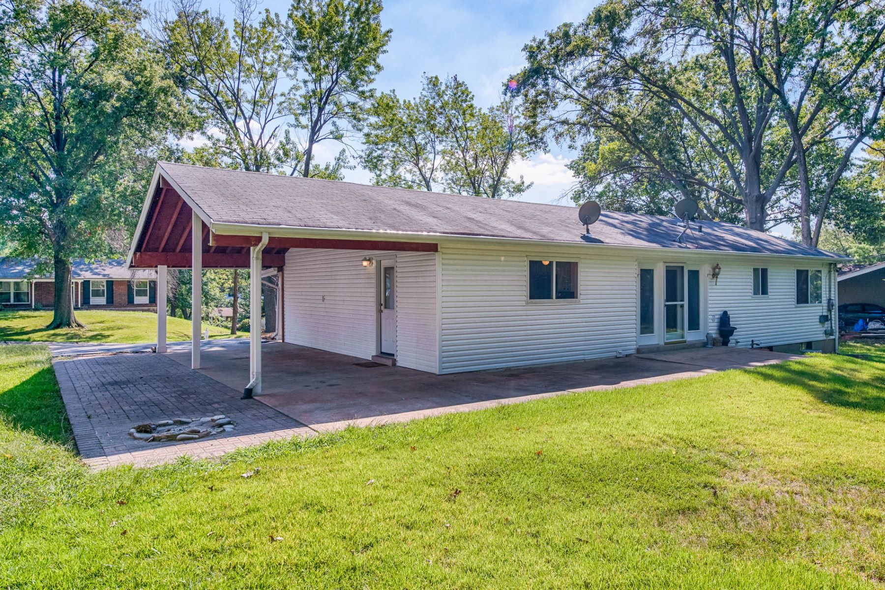 Additional photo for property listing at Mackinac Dr 1135 Mackinac Dr St. Louis, Missouri 63105 United States