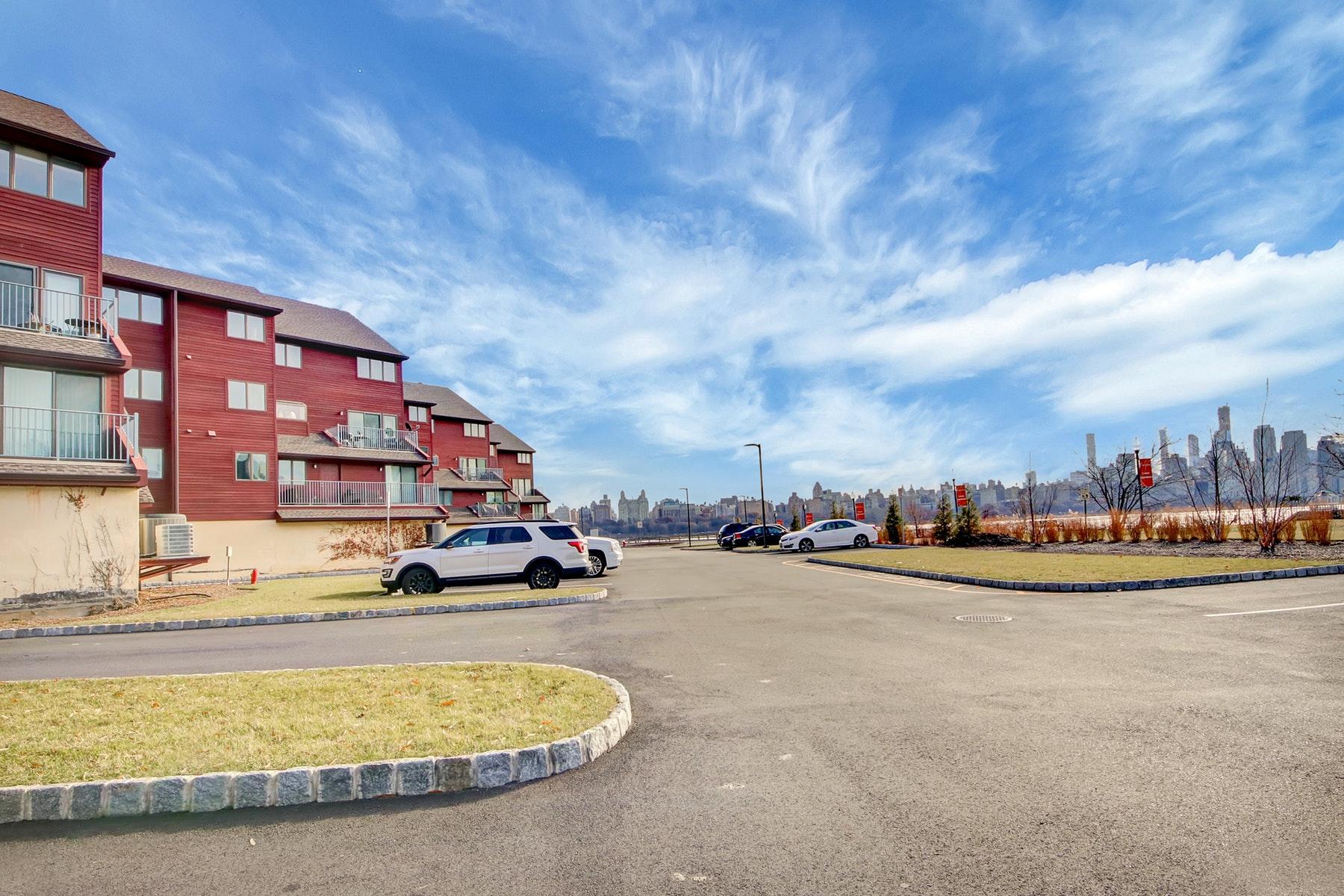 Appartement en copropriété pour l Vente à Roc Harbour 13B Riverview Circle, North Bergen, New Jersey 07047 États-Unis