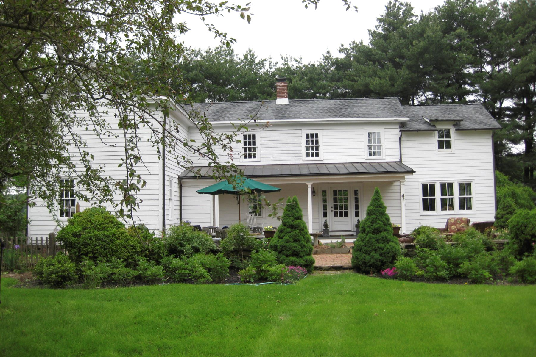 Maison unifamiliale pour l Vente à Meticulous Colonial Farmhouse c 1840 168 Plainsboro Road Cranbury, New Jersey 08512 États-Unis