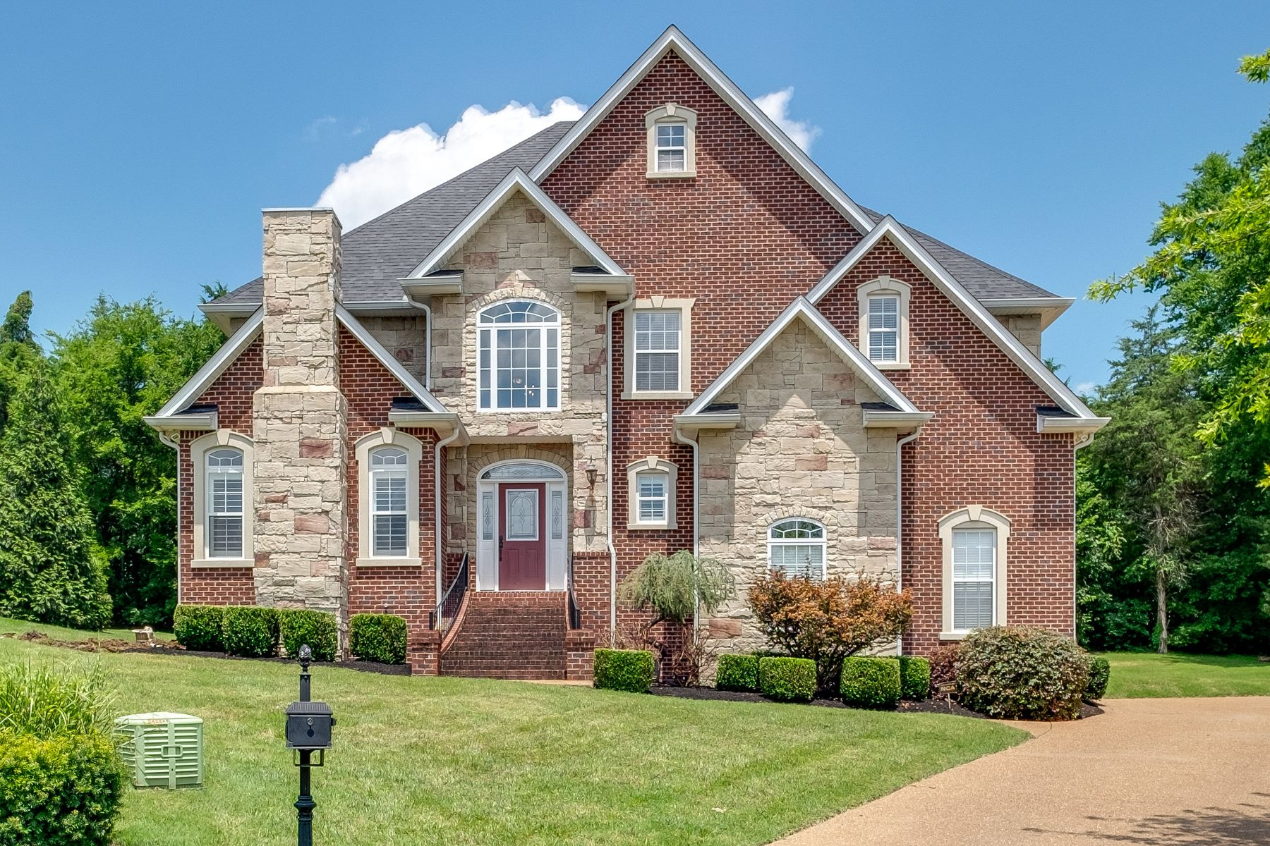 Single Family Homes pour l Vente à Where Executive Luxury Meets Comfort & Convenience! 106 Danwood Hendersonville, Tennessee 37075 États-Unis