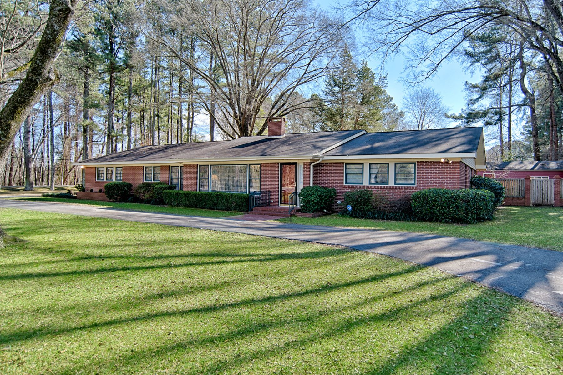 Single Family Home for Active at 1511 Country Club Lane 1511 Country Club Decatur, Alabama 35601 United States